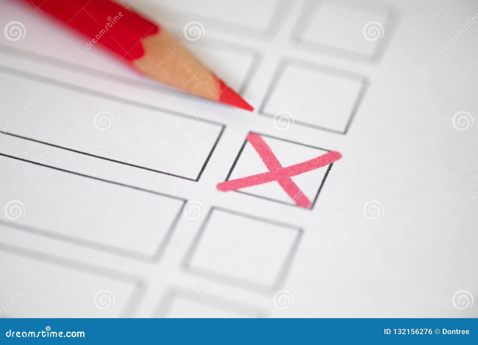Zamyka w górę głosować biuletyn z czerwonym ołówkiem