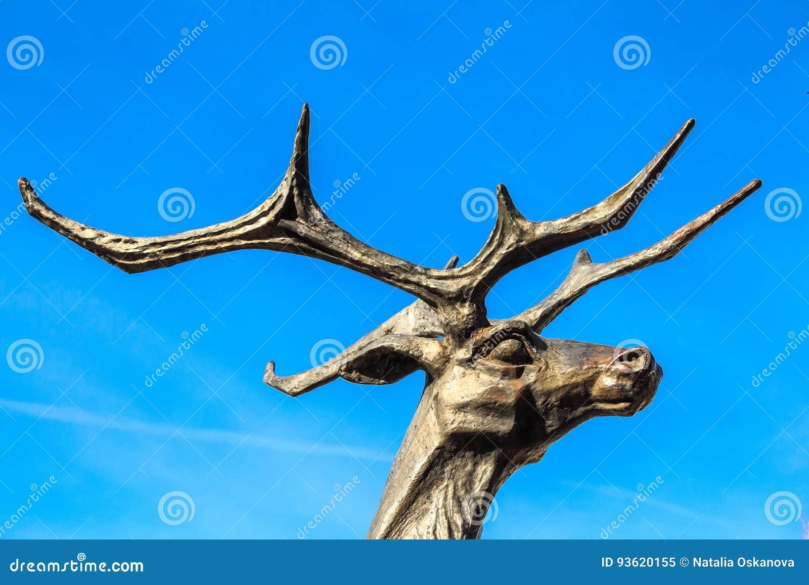 Zamyka w górę głowy jelenia statua