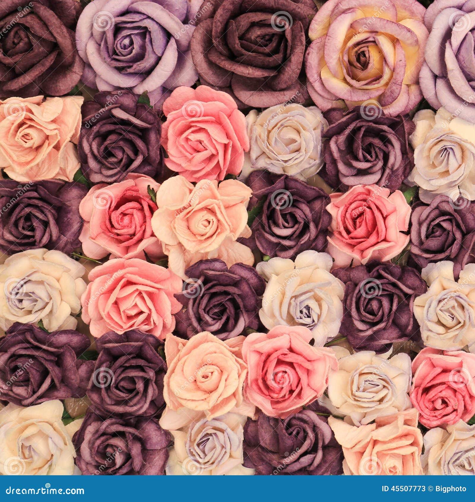 Zamyka w górę kolorowej imitaci lub sztucznego róża kwiatu tła