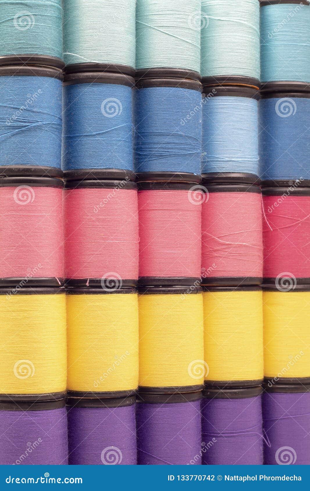 Zamyka w górę kolorowych przędz Tło i tekstura