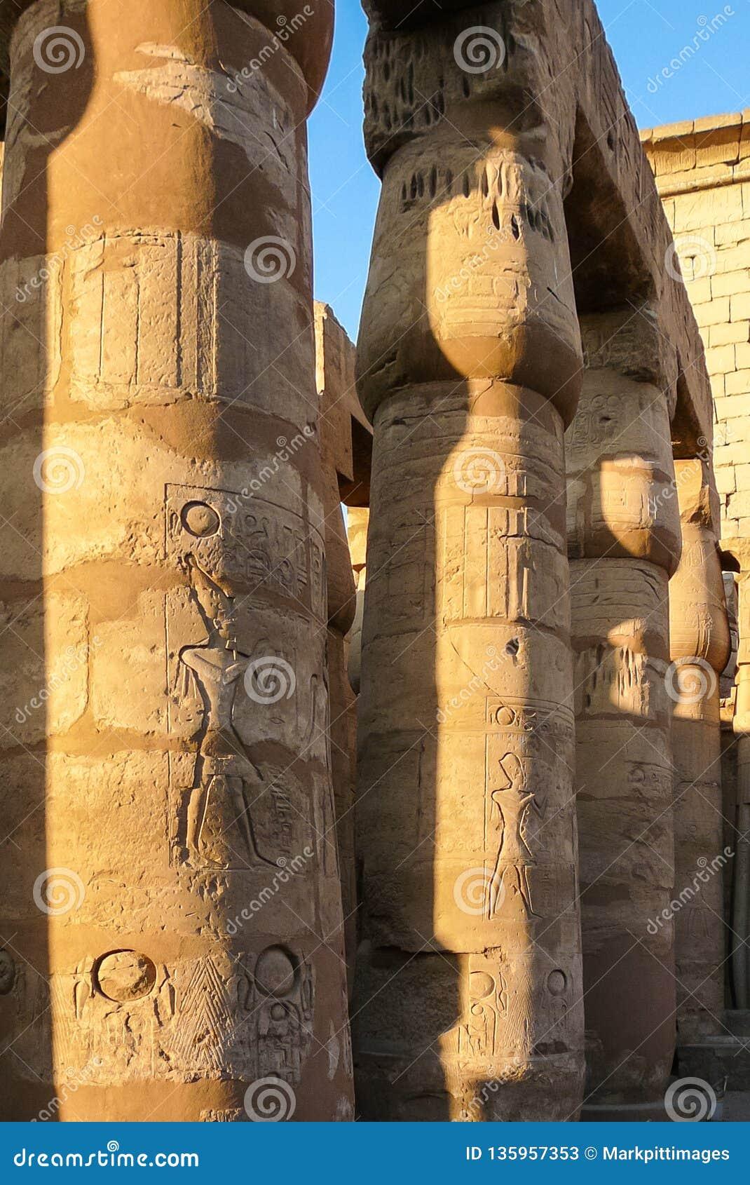 Zamyka w górę kolumn Karnak świątyni sala