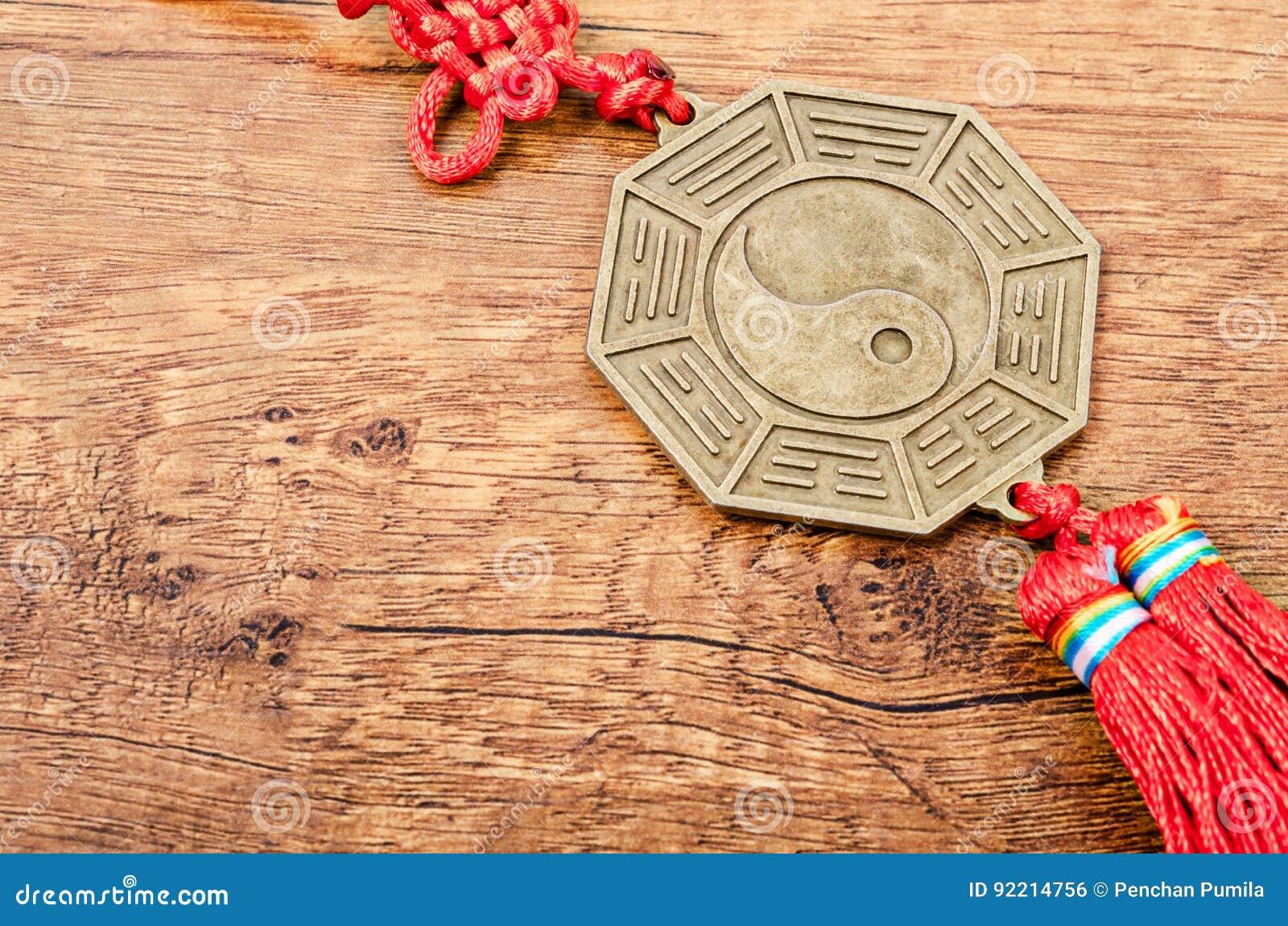 Zamyka w górę metalu znaka Yin Yang moneta
