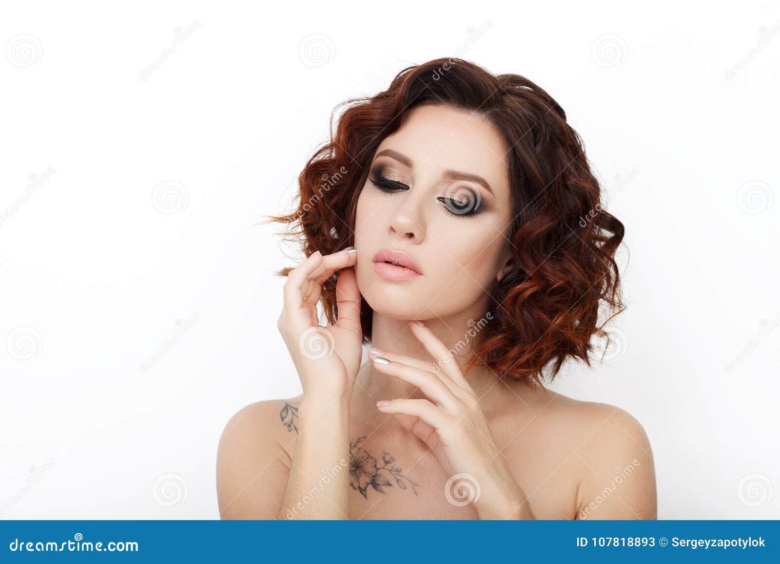 Zamyka w górę piękna studia strzelającego piękna rudzielec kobieta z wspaniałego makeup kędzierzawym włosy