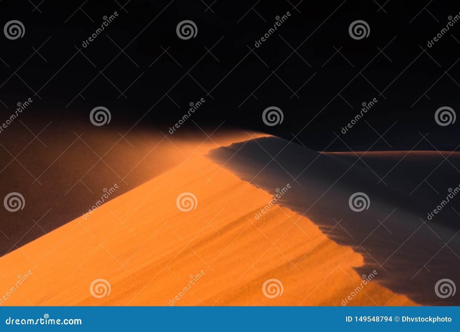 Zamyka w górę piasek diuny ruszającej się wiatrem, pustynia Sahara