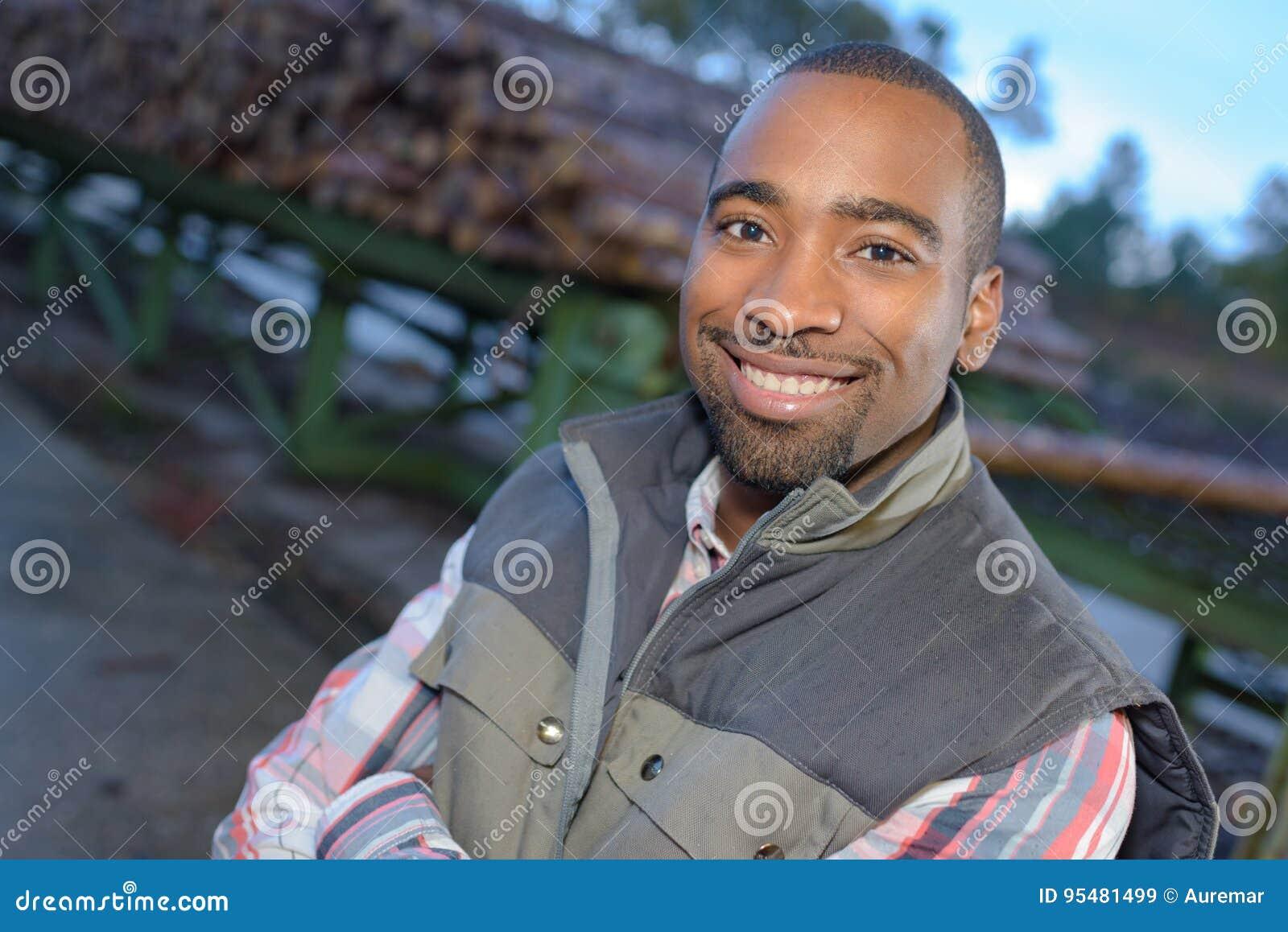 Zamyka w górę portreta amerykanina afrykańskiego pochodzenia pracownika na zewnątrz fabryki