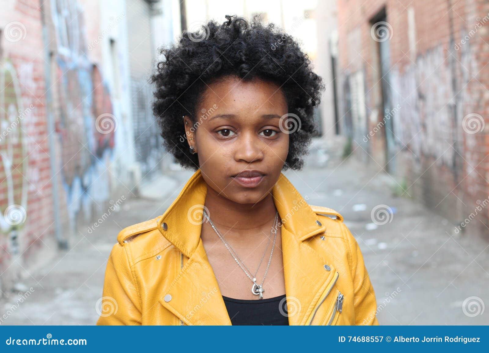 Zamyka w górę portreta atrakcyjna młoda murzynka z afro włosy