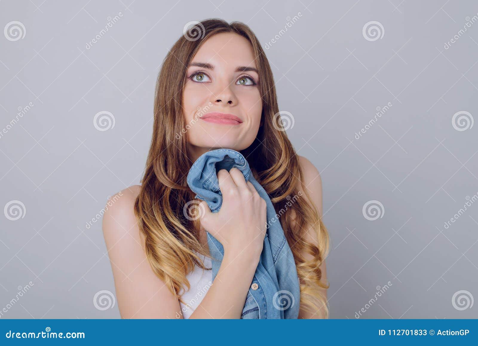 Zamyka w górę portreta atrakcyjny powabny delikatny słodki romantyczny b