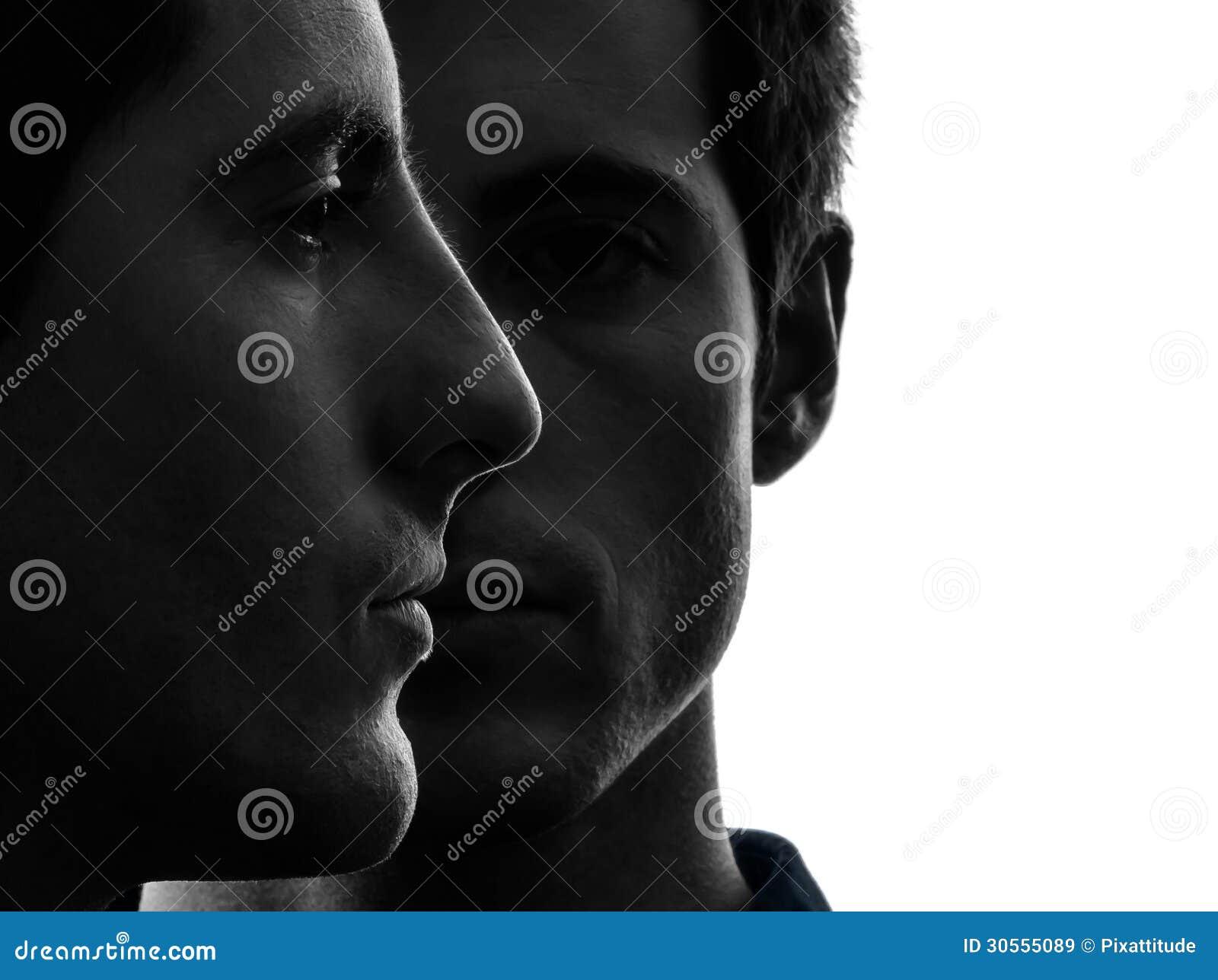 Zamyka w górę portreta dwa mężczyzna brat bliźniak przyjaciół sylwetki