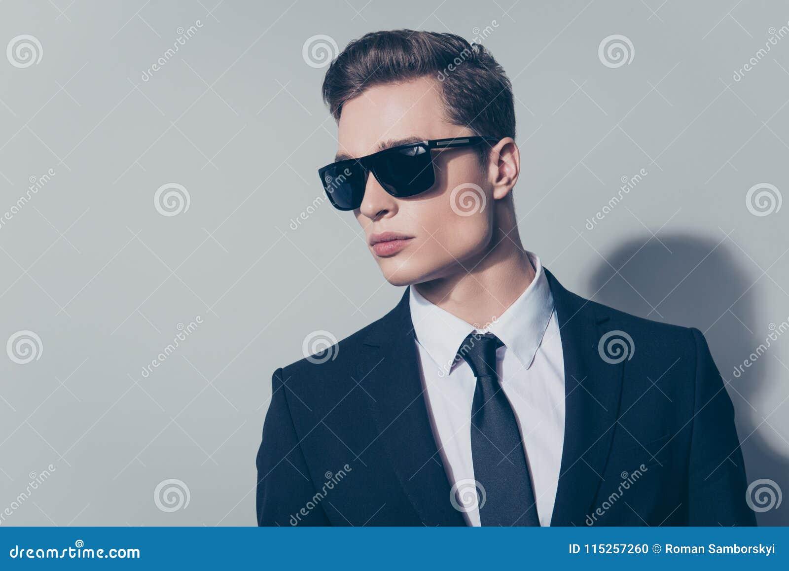 Zamyka w górę portreta elegancki atrakcyjny mężczyzna w czarnym kostiumu i