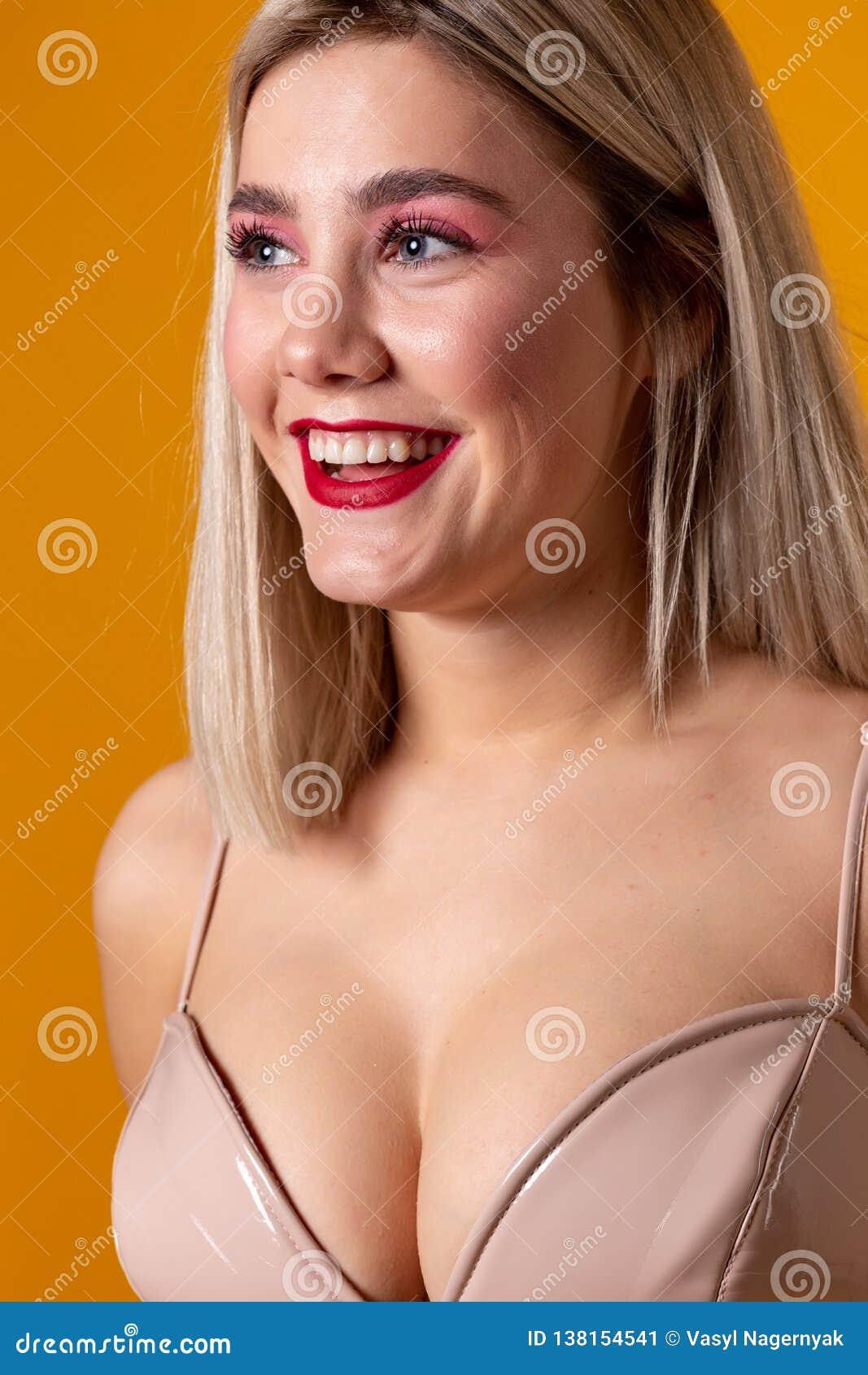 Zamyka w górę portreta który ono uśmiecha się młoda europejska kobieta