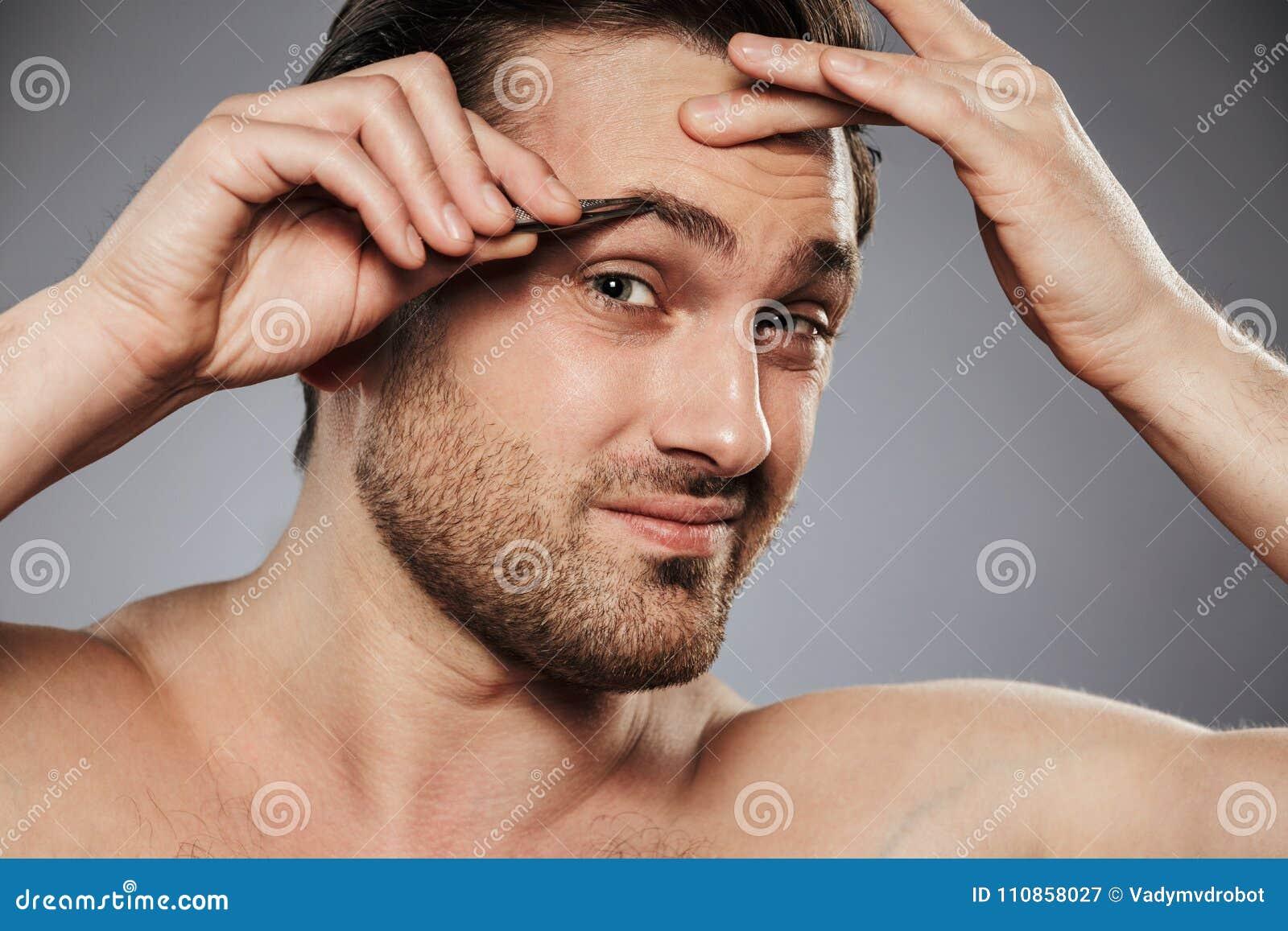 Zamyka w górę portreta mężczyzna oskubania okaleczać bez koszuli brwi