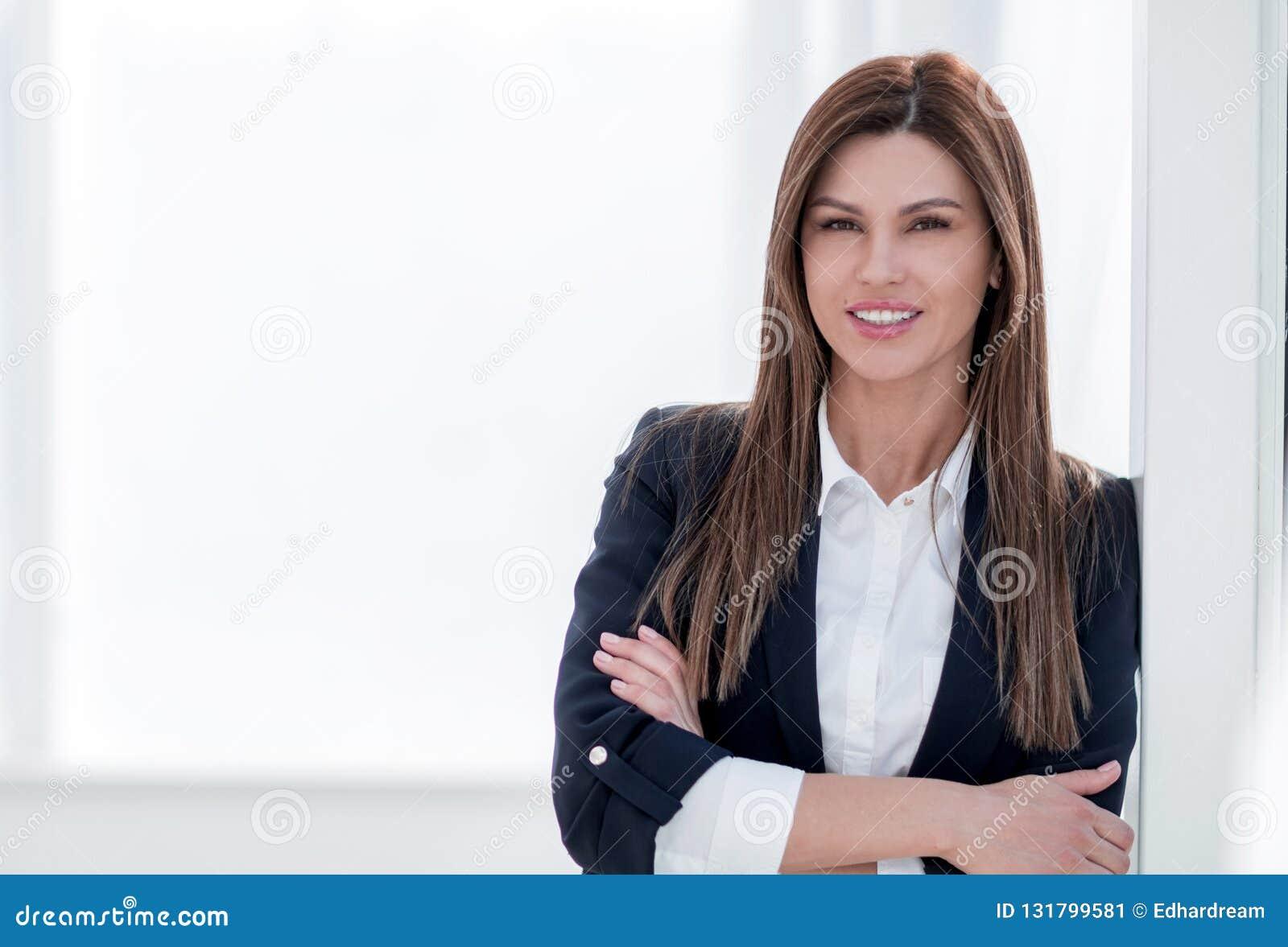 Zamyka w górę portreta młoda kobieta w garniturze