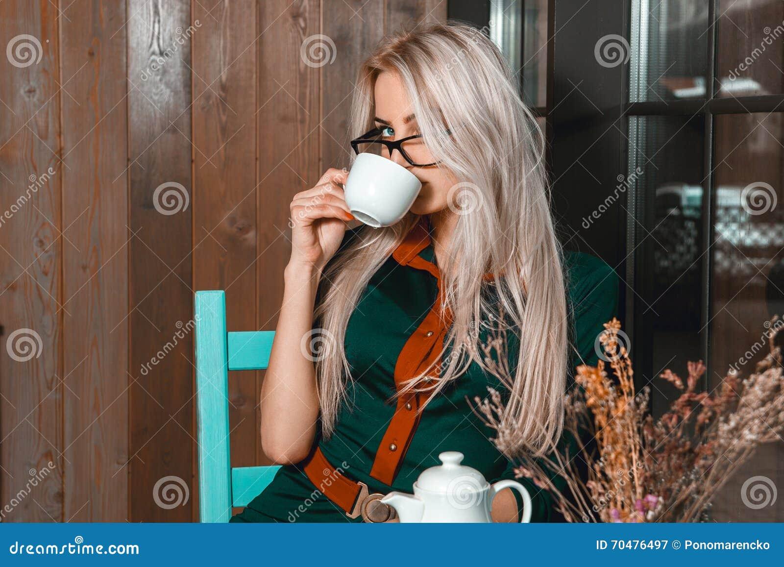 Zamyka w górę portreta młoda piękna biznesowa kobieta z filiżanką