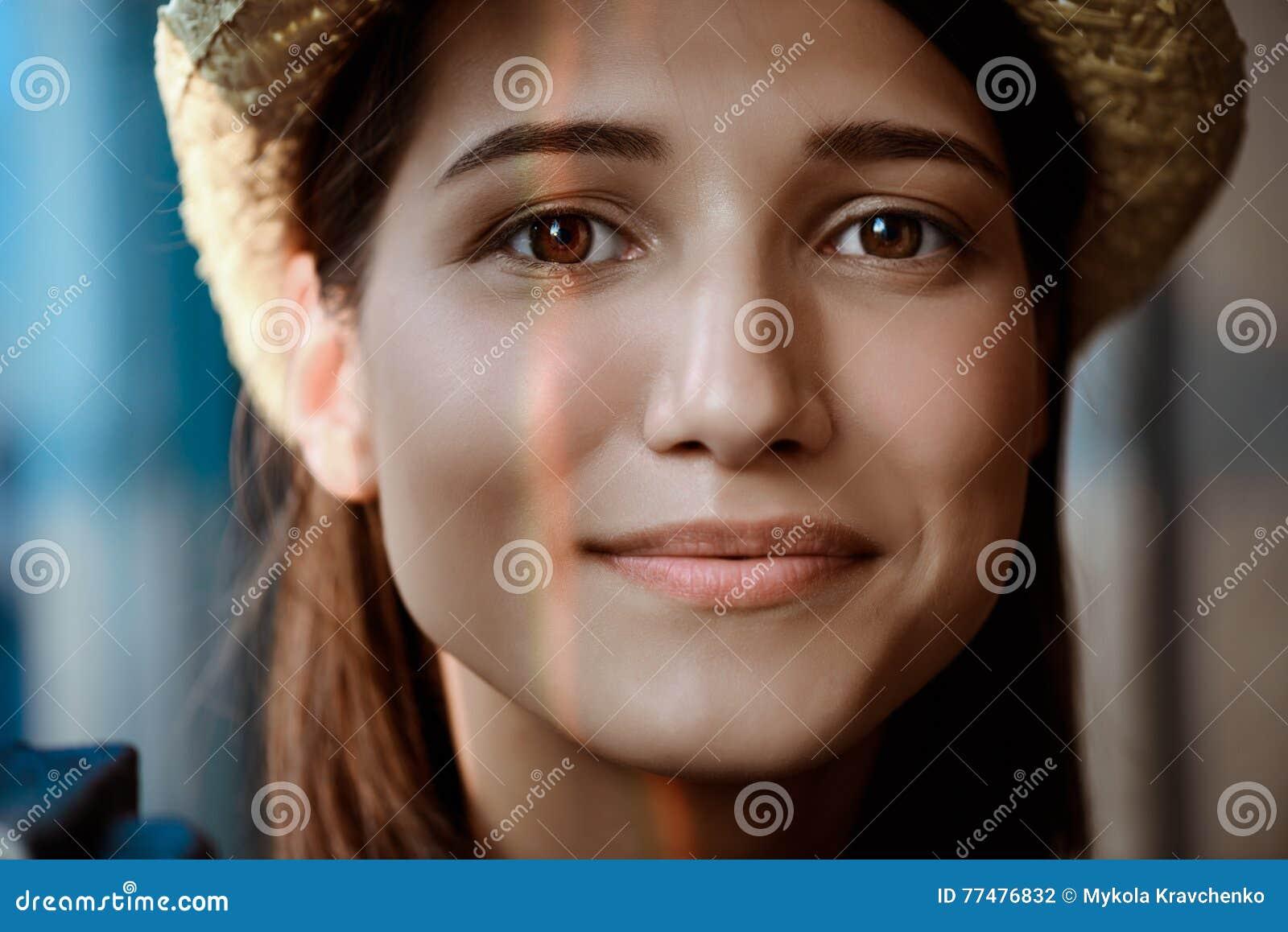Zamyka w górę portreta młody piękny brunetki dziewczyny ono uśmiecha się
