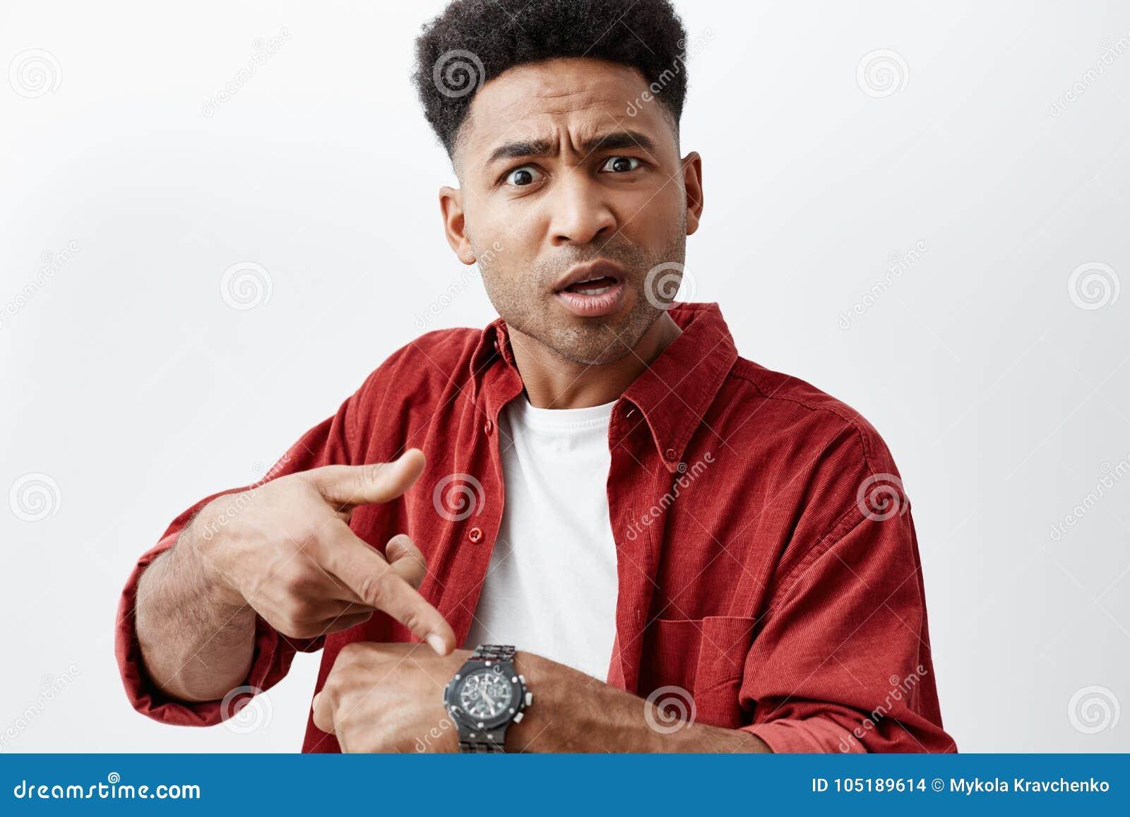 Zamyka w górę portreta młody przystojny skinned mężczyzna z afro fryzurą w przypadkowej białej koszulce pod czerwoną koszula