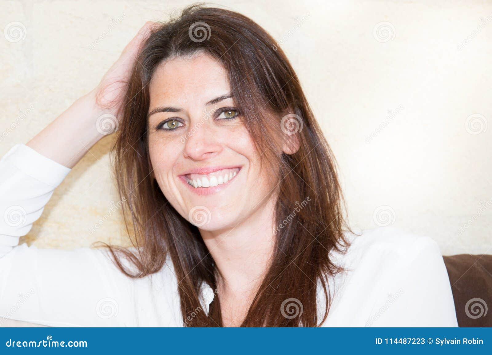 Zamyka w górę portreta młody szczęśliwy, piękny ekspresyjny 30 kobiet ono uśmiecha się i