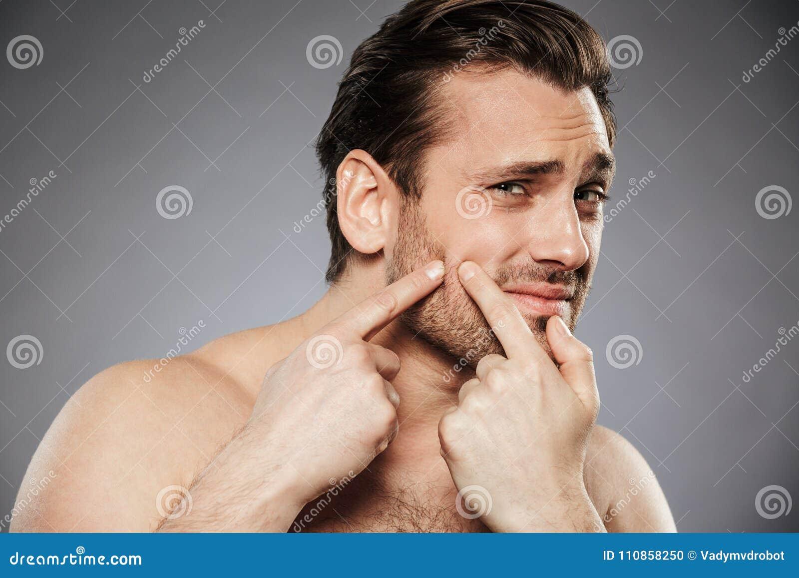 Zamyka w górę portreta okaleczający bez koszuli mężczyzna