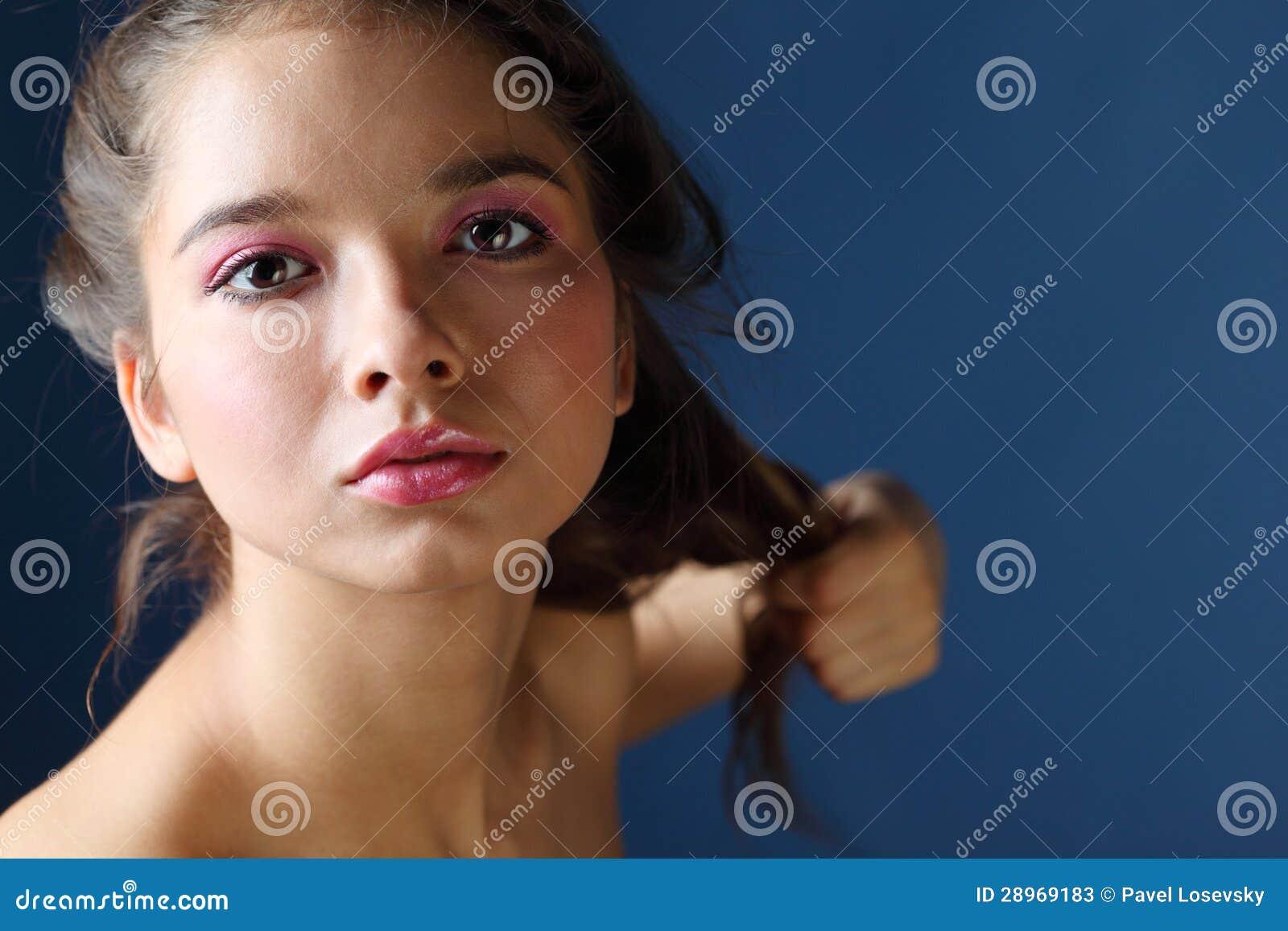 Zamyka w górę portreta piękna ogorzała kobieta z różowym makeup