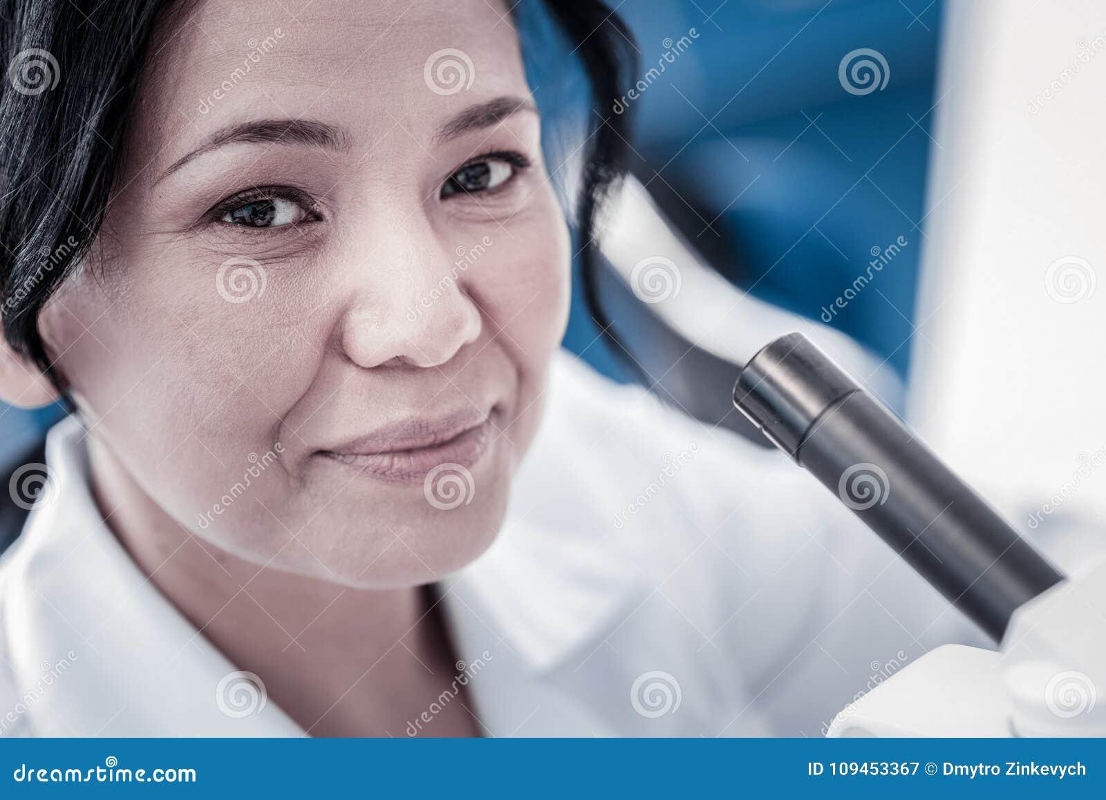 Zamyka w górę portreta rozochocony żeński badacz