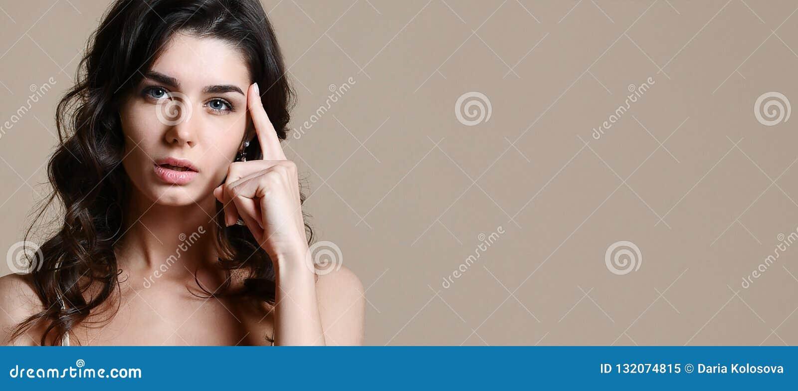 Zamyka w górę portreta rozważna ładna dziewczyna myśleć o coś