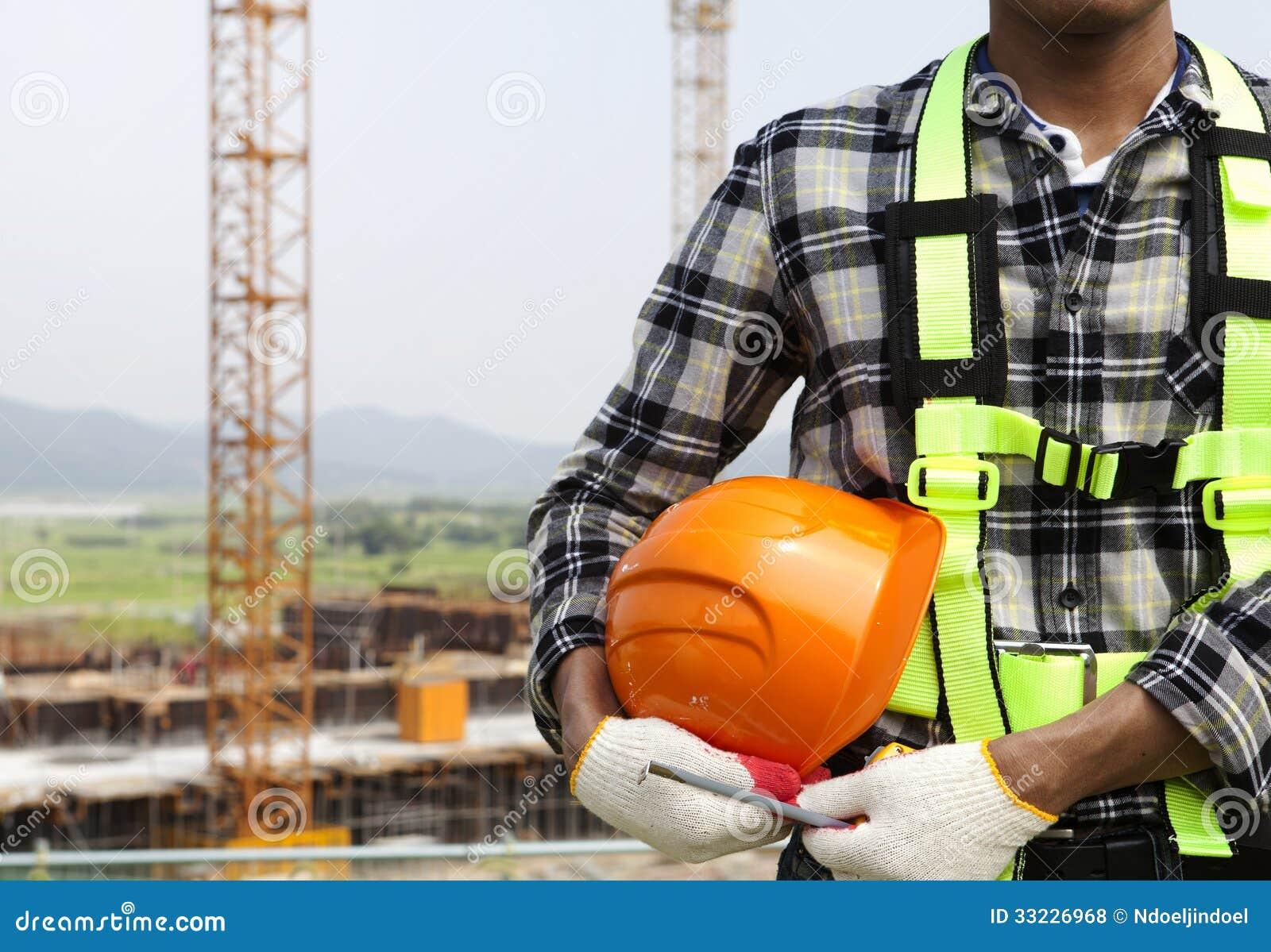 Zamyka w górę pracownika budowlanego mienia hełma