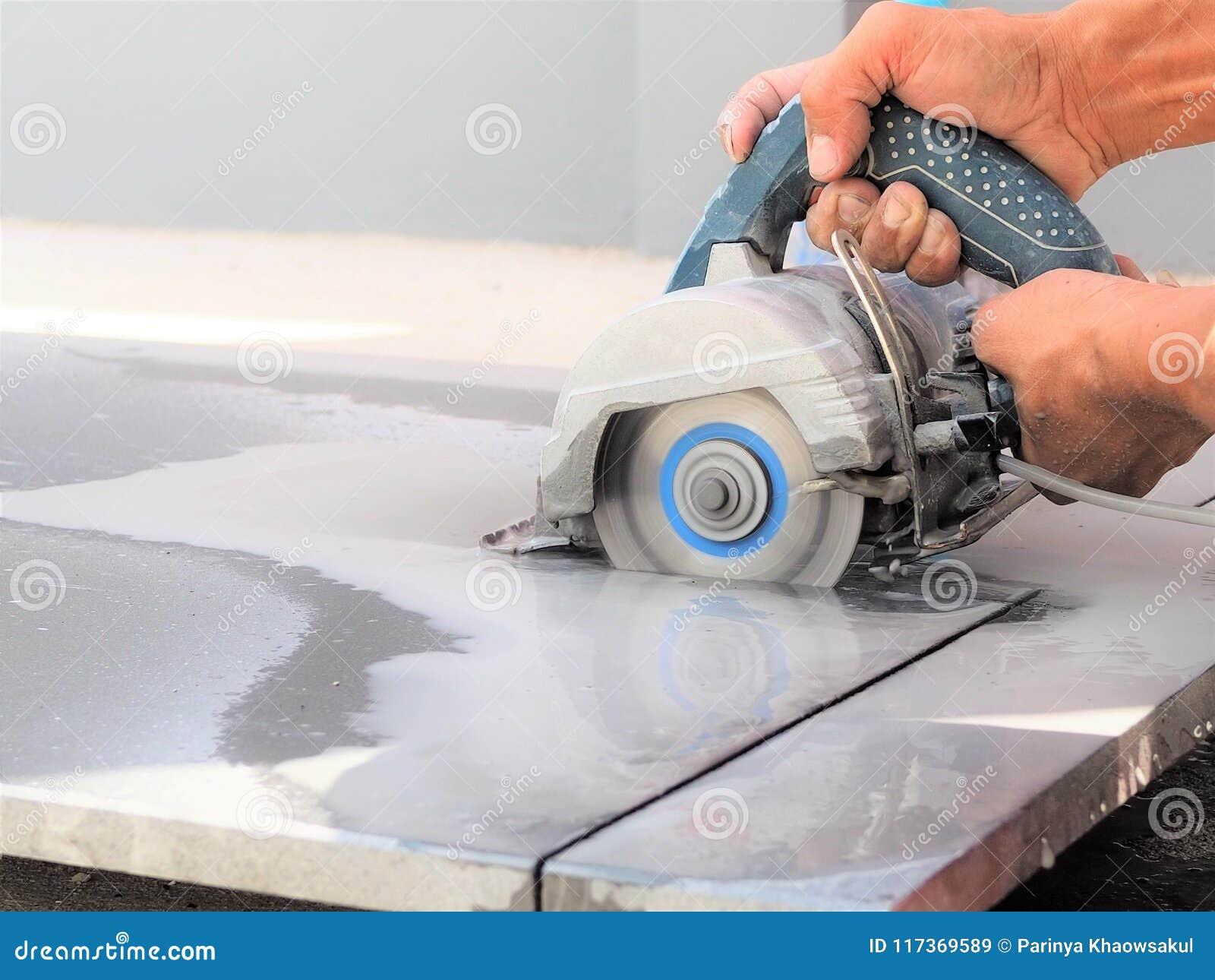 Zamyka w górę pracownika use piłowania mokrej maszyny dla ciąć marmuru kamień
