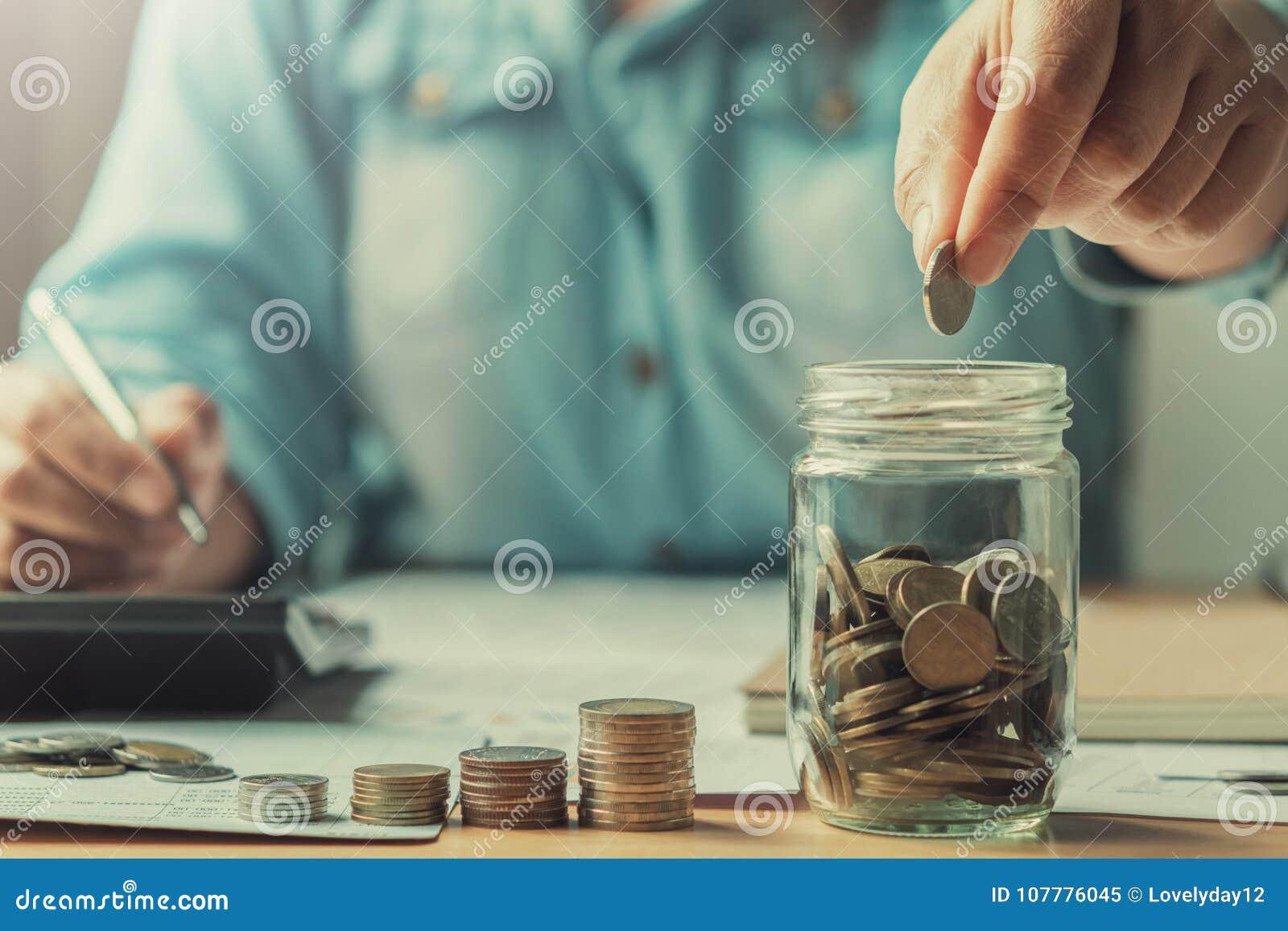 Zamyka w górę ręk biznesowych kobiet ratuje pieniądze pojęcie finanse