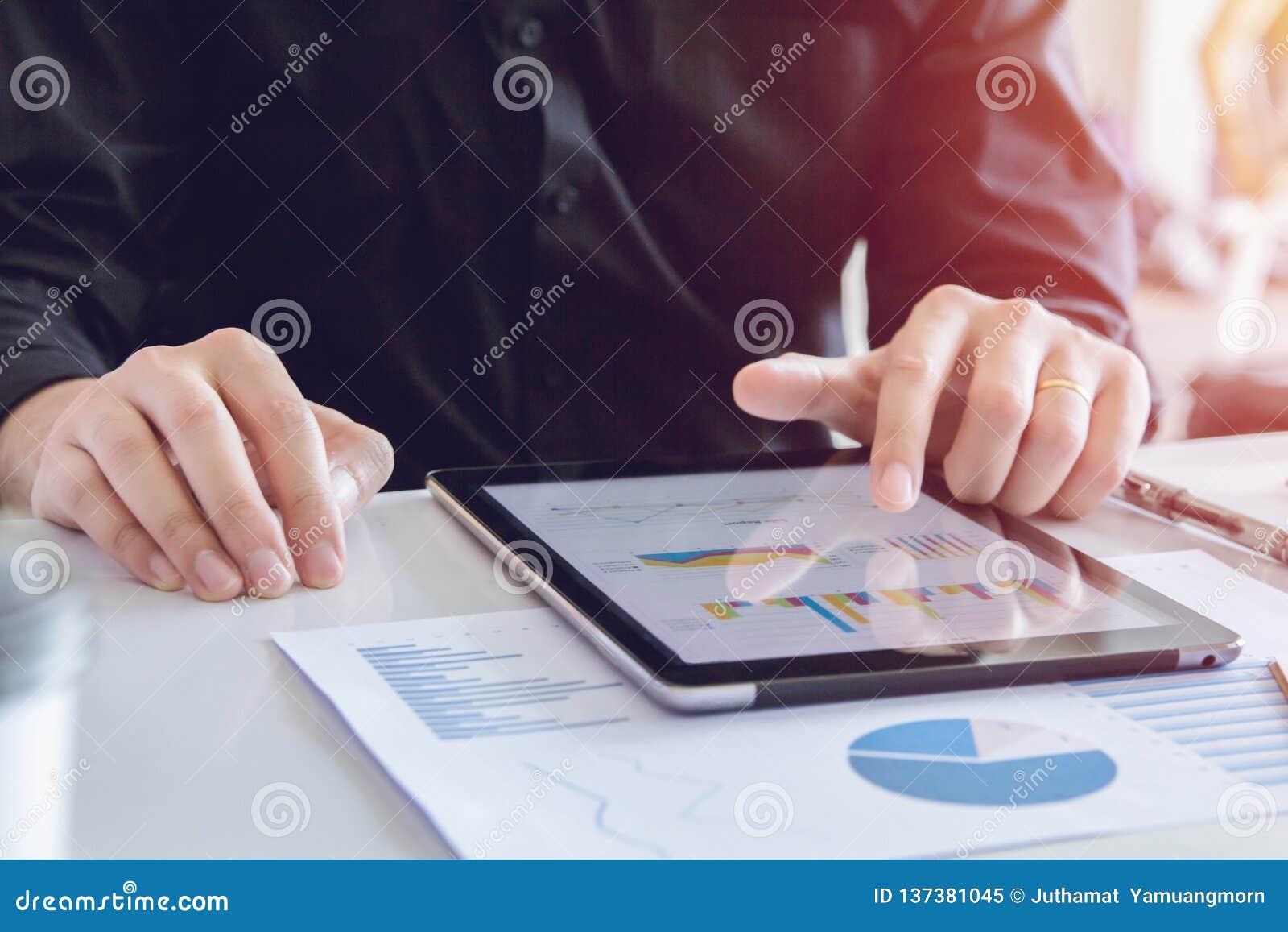 Zamyka w górę ręka biznesowego mężczyzny w czarnej koszulowej używa pastylce, wskazuje, dyskutować, planować i sporządzać mapę sp