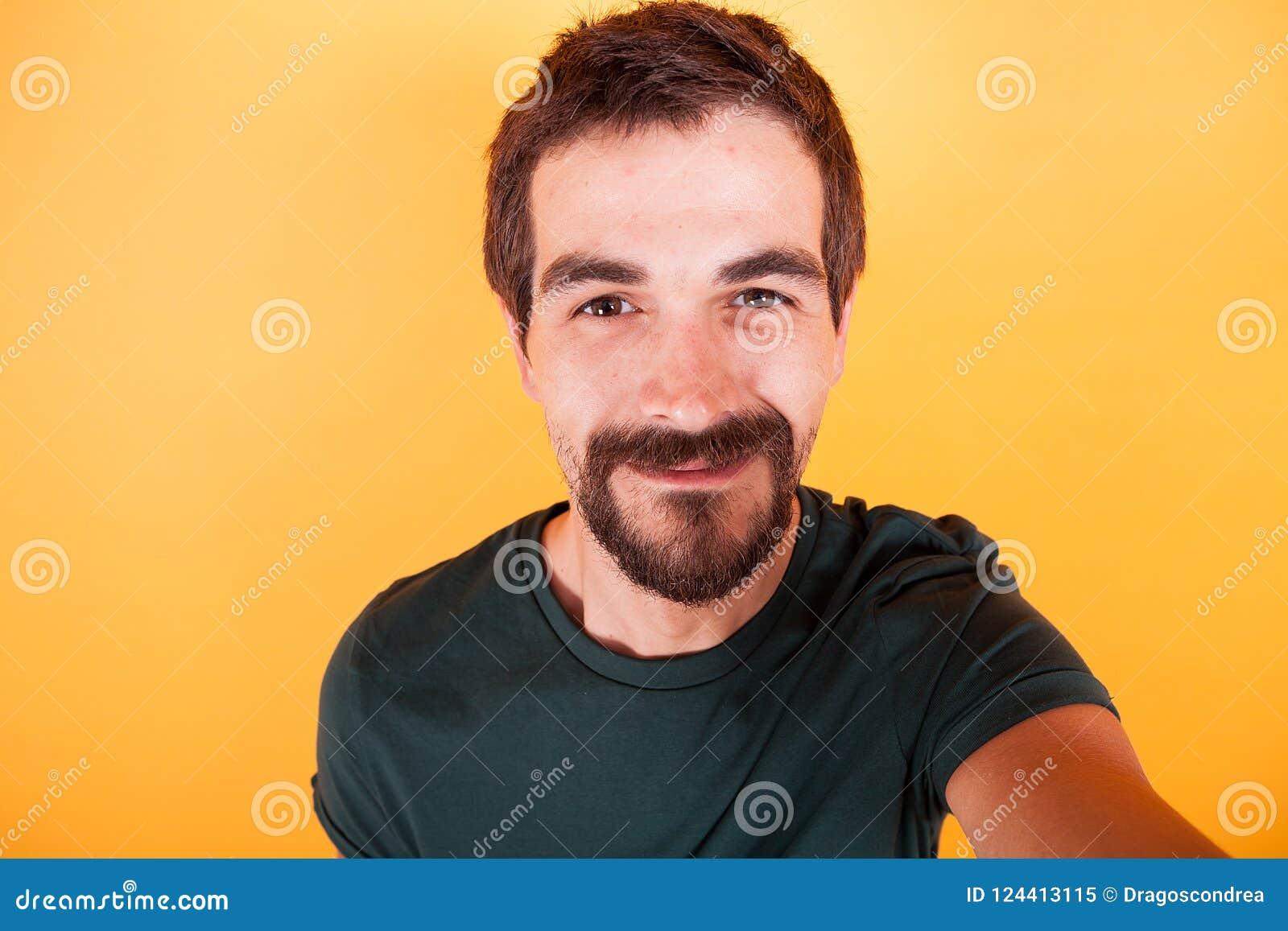 Zamyka w górę selfie portreta szczęśliwy uśmiechnięty mężczyzna