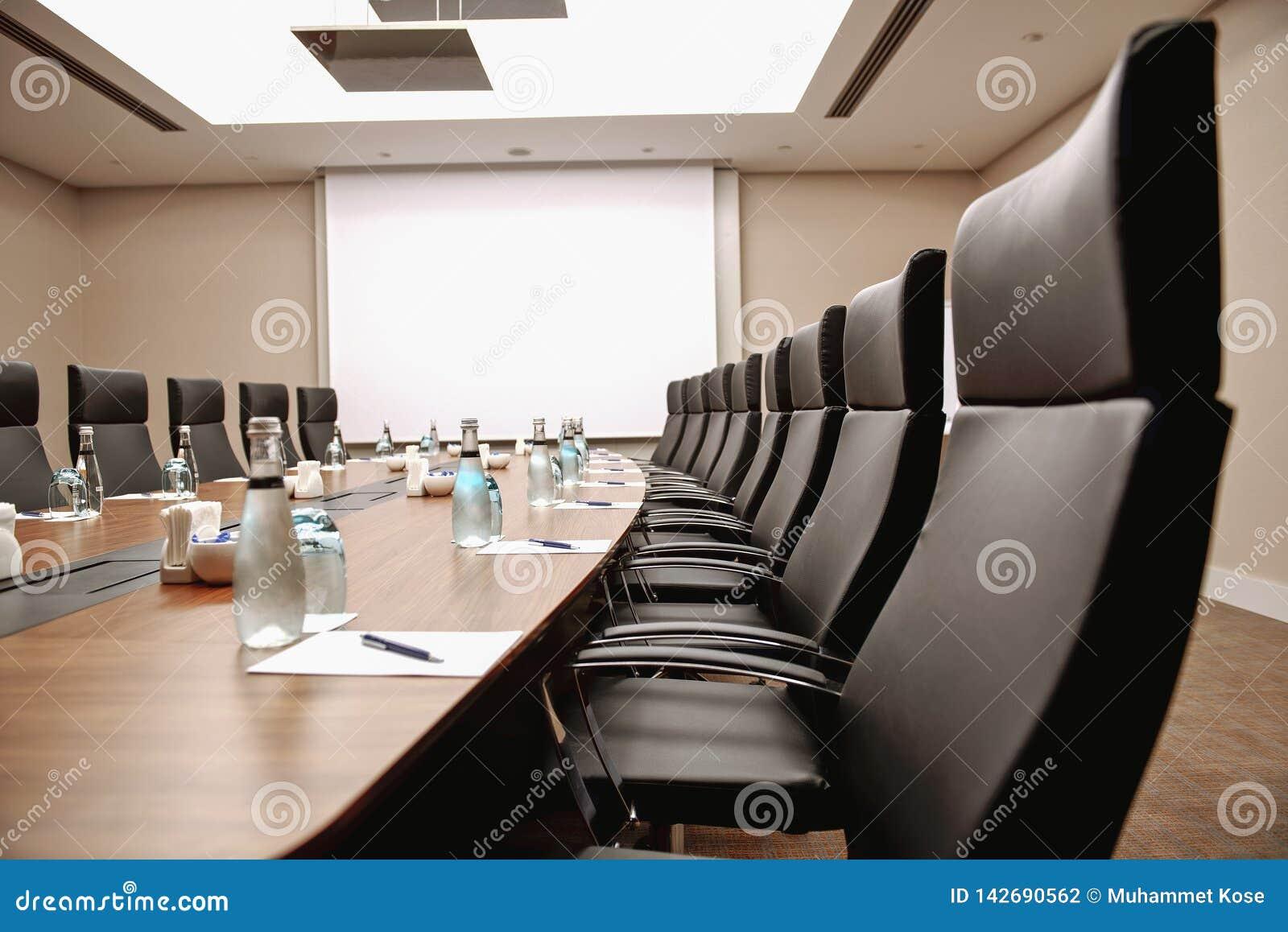 Zamyka w górę stołowego sali konferencyjnej wnętrza