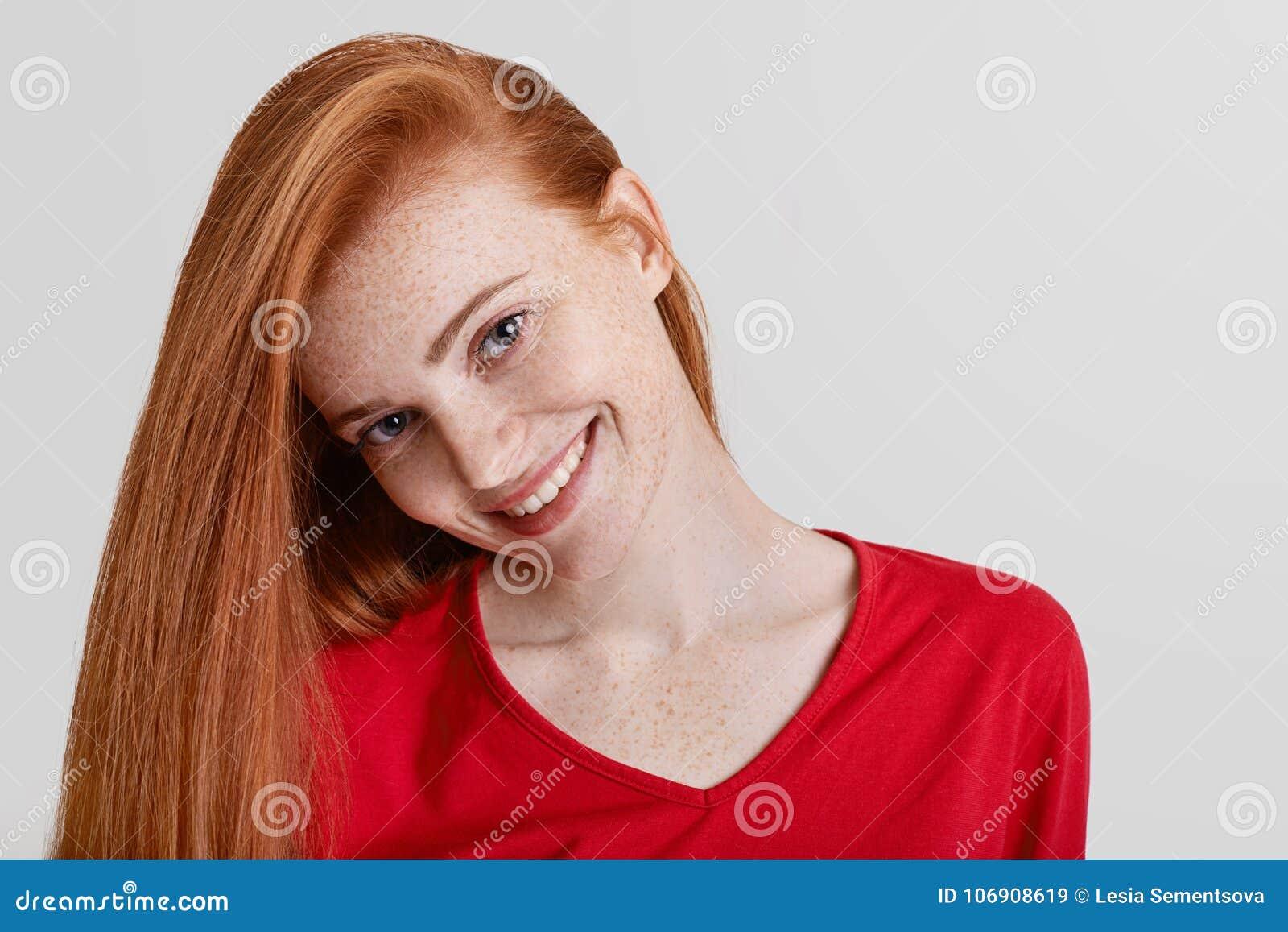 Zamyka w górę strzału szczęśliwa piegowata kobieta z długim imbirowym włosy, przyjemny jaśnienie uśmiech, być w dobrym nastroju j