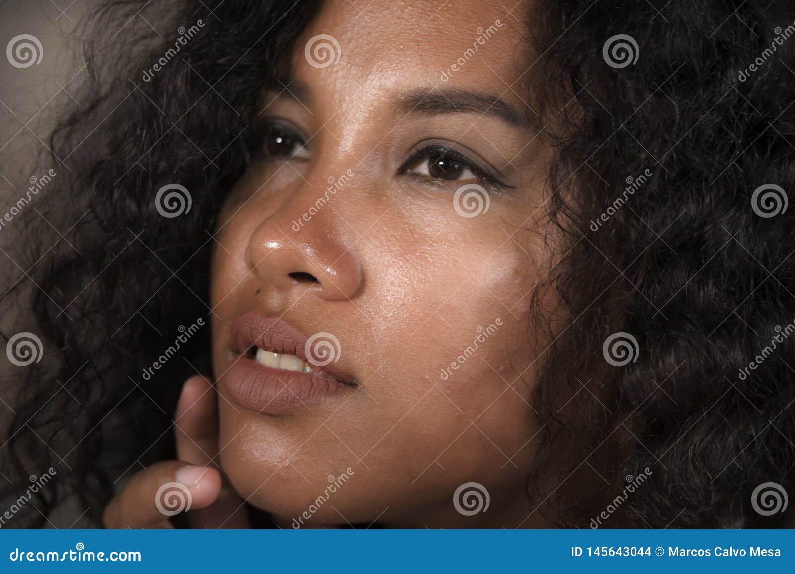 Zamyka w górę twarz portreta młoda pięknego, egzot mieszającego pochodzenia etnicznego Amerykańska kobieta z ekspresyjnymi oczami