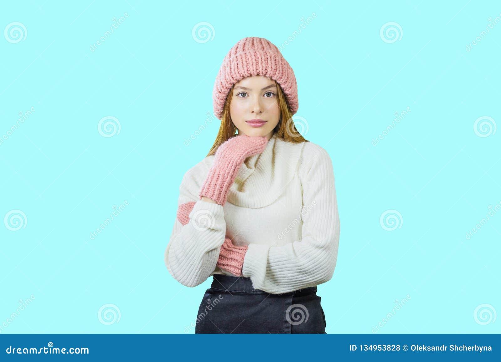 Zamyka w górę twarz portreta toothy uśmiechnięta młoda kobieta jest ubranym trykotowego kapelusz i szalika Odbitkowy Astronautycz
