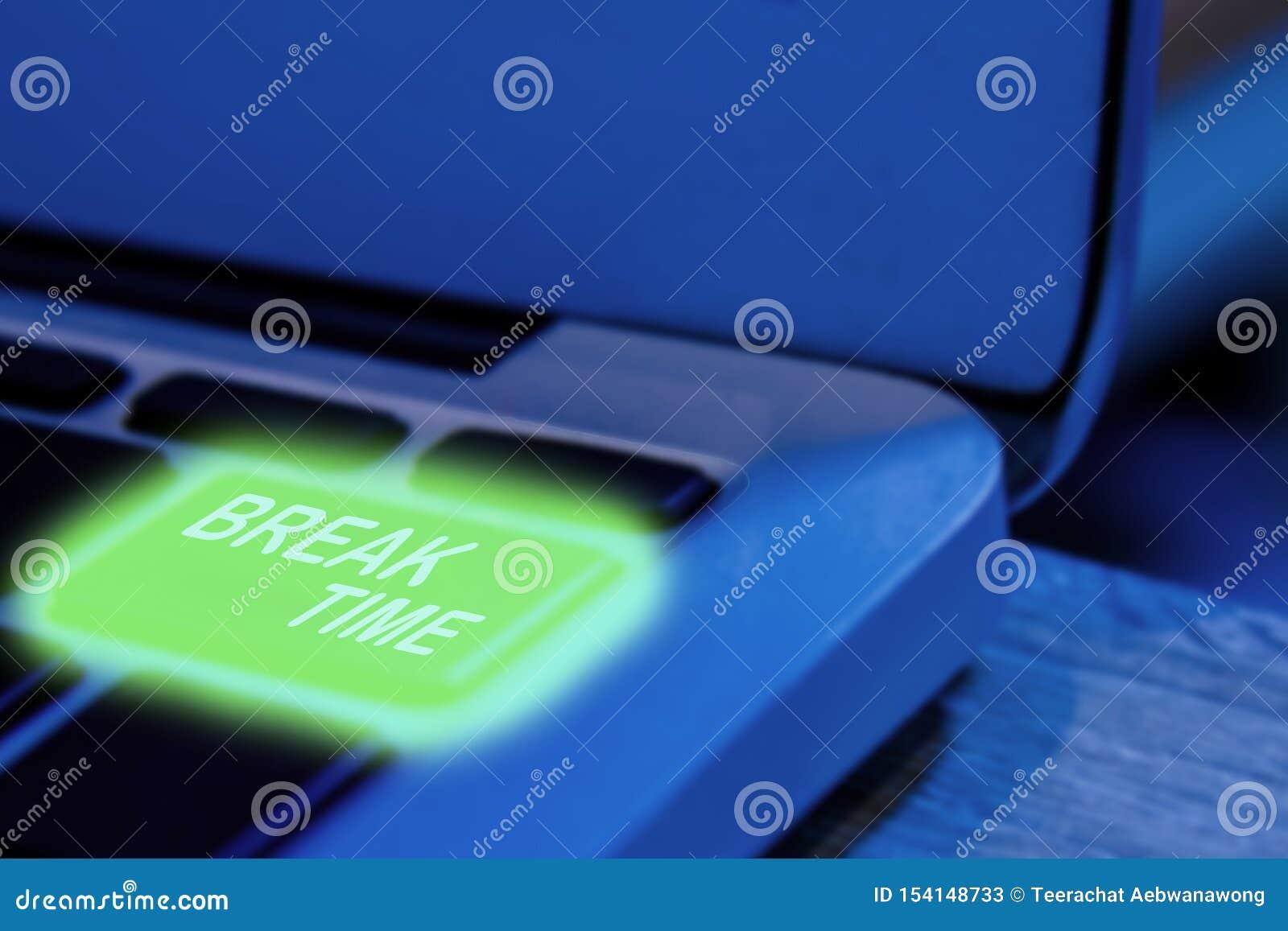 Zamyka w górę widoku na konceptualnej klawiaturze - wp8lywy odpoczynek lub, laptop z zielonego backlight klawiaturowym szczegółem