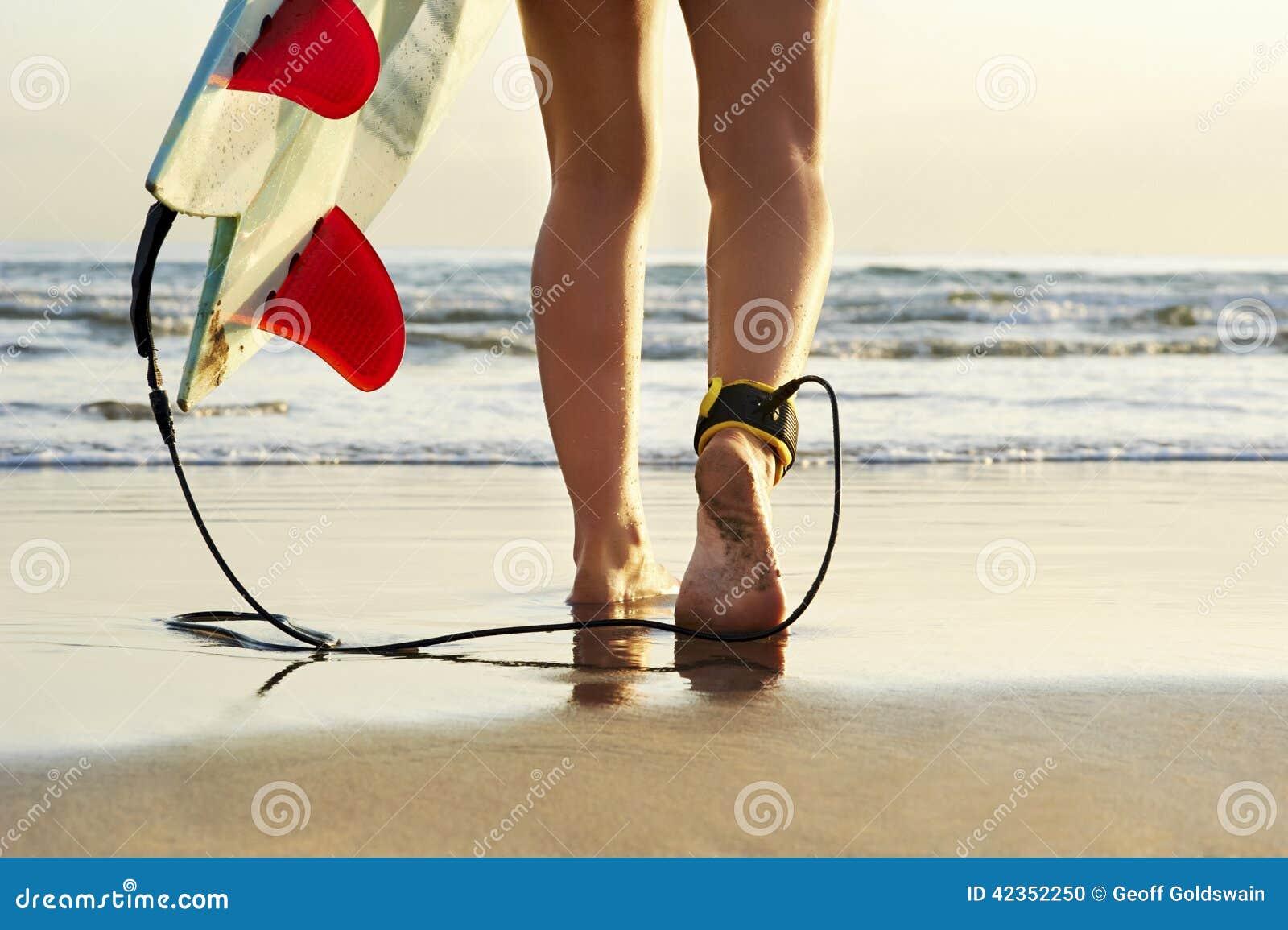 Zamyka w górę widoku surfingowa odprowadzenie wzdłuż plaży w kierunku kipieli