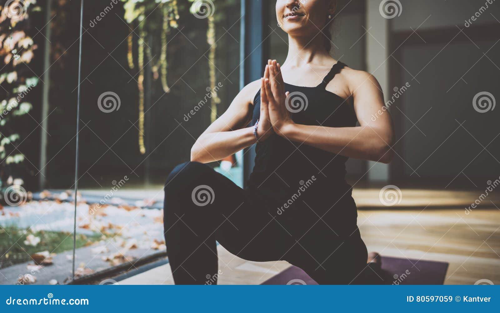 Zamyka w górę widoku wspaniałej młodej kobiety ćwiczy joga salowy Piękny dziewczyny praktyki ardha matsyendrasana w klasie