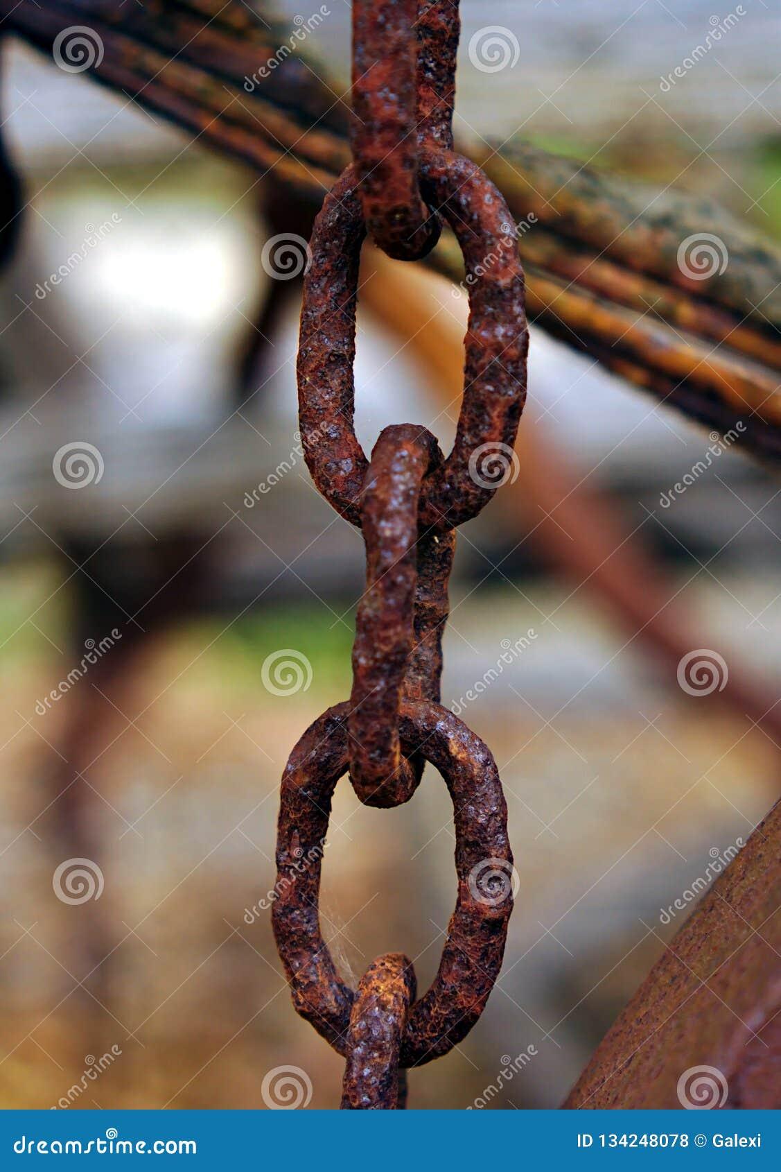 Zamyka w górę widoku zaniechani starzy ośniedziali łańcuchy