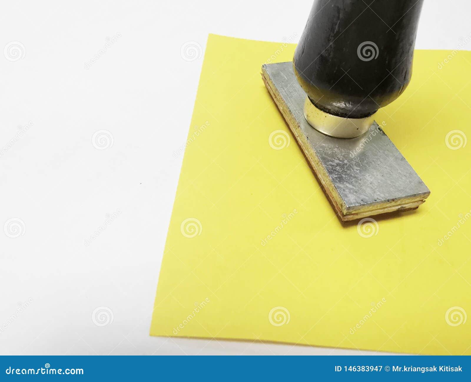 Zamyka w górę znaczka Drewnianego round gumowa stemplówka i znaczek dla teksta
