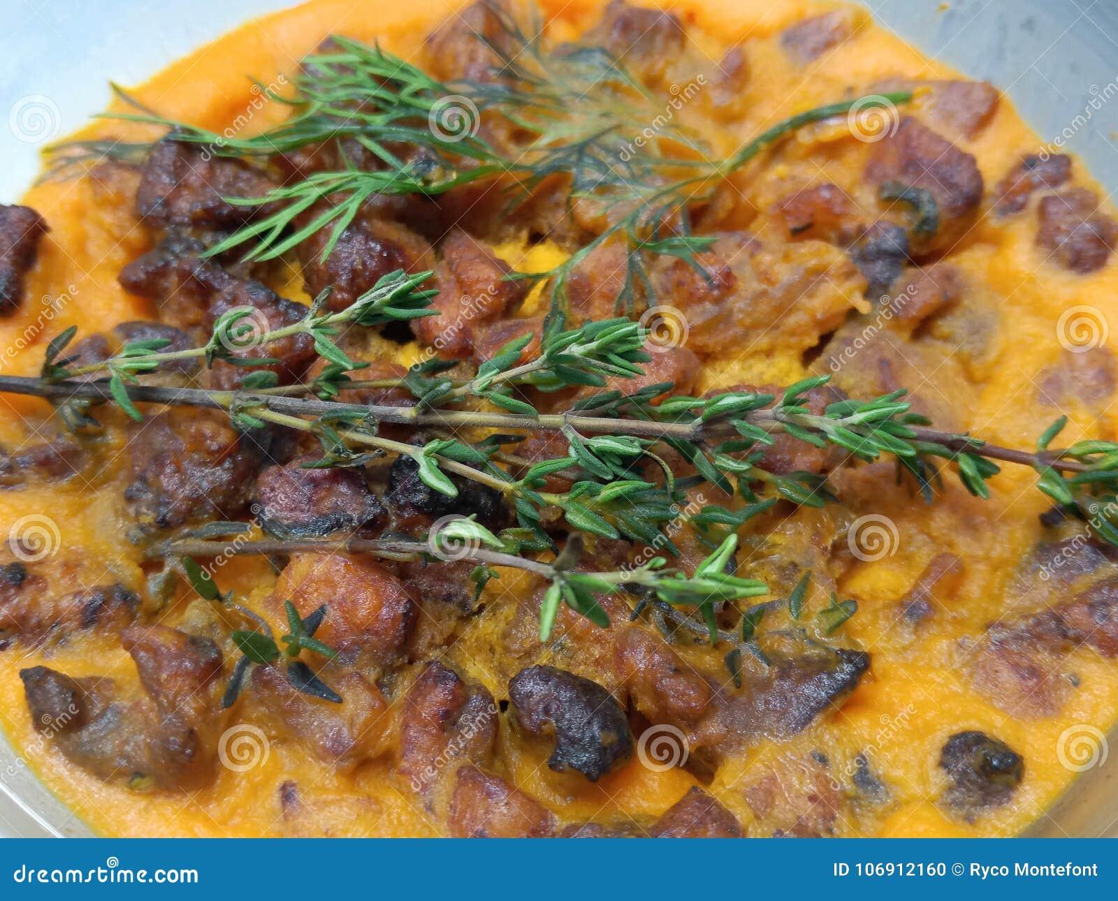 Zamyka w górę ziele na papryki larde z wieprzowina chrobotami
