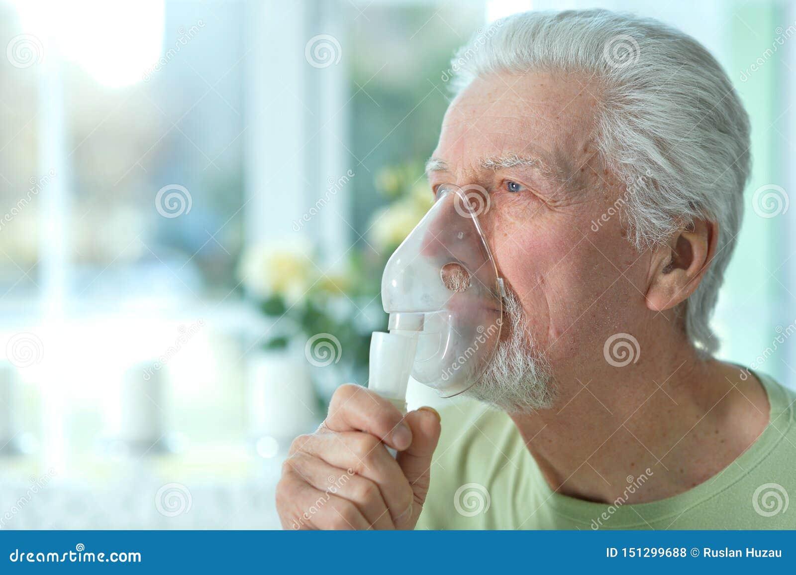 Zamyka w g?r? portreta chory starszego m??czyzny portret z inhalatorem