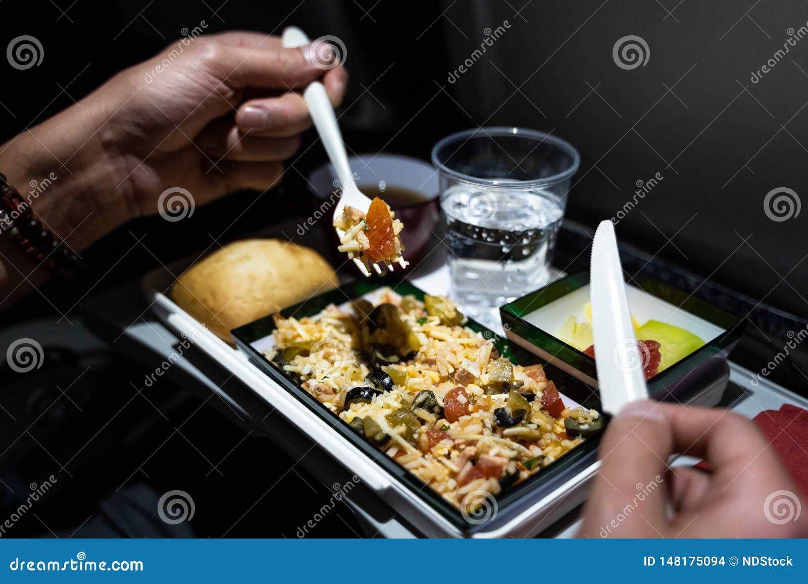 Zamyka w g?r? talerza s?uzy? na samolocie jedzenie