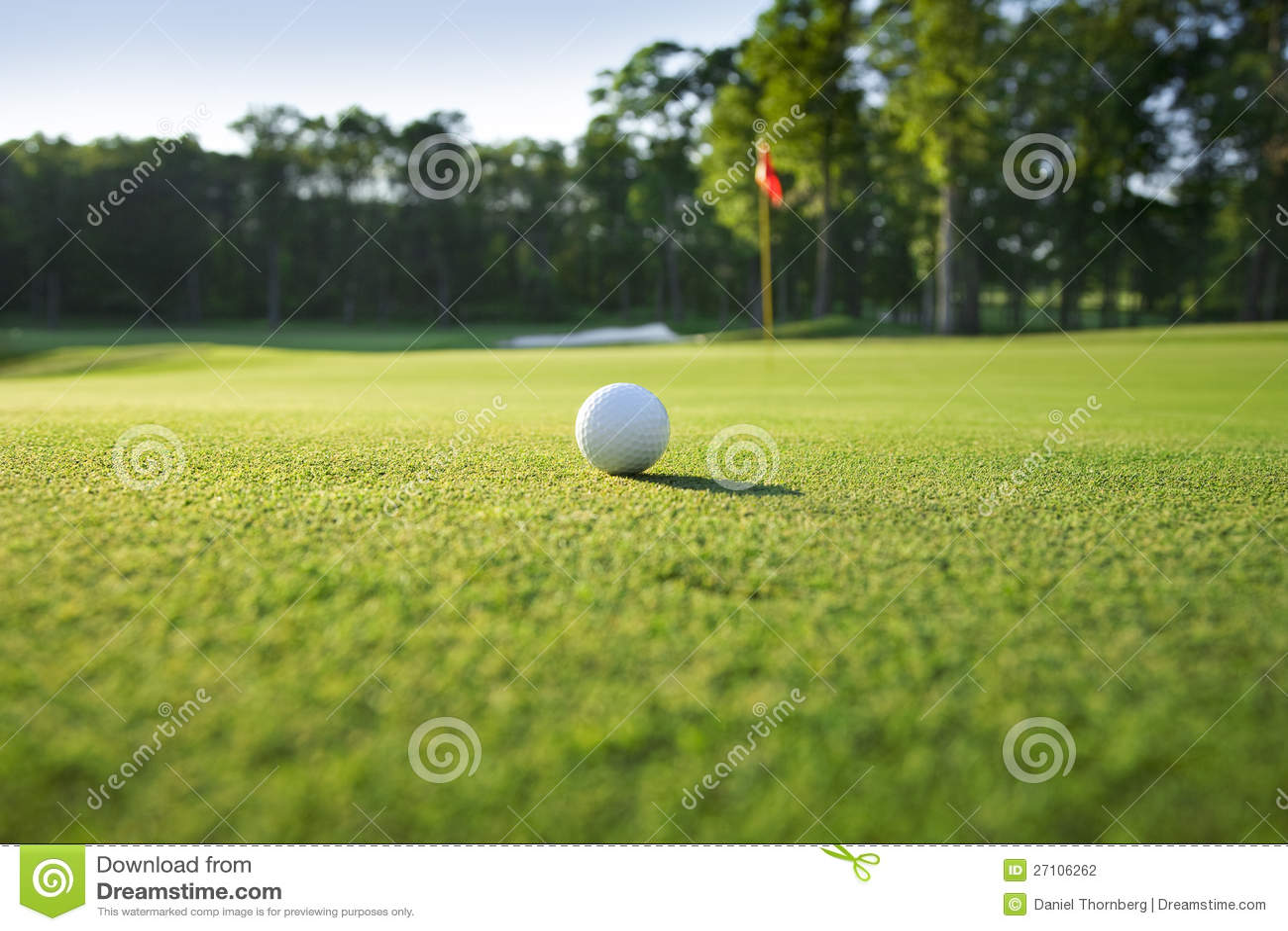 Zamyka zieleń piłka golfowa na zieleni