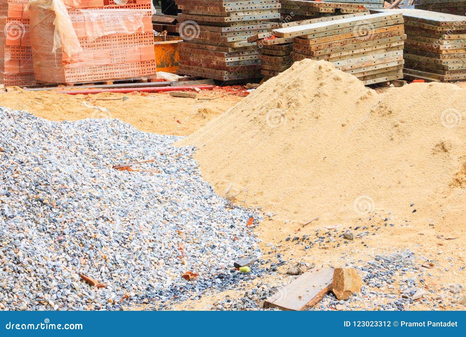 Zand en steende staalplaatstapel in bouwnijverheidshuis vernieuwt