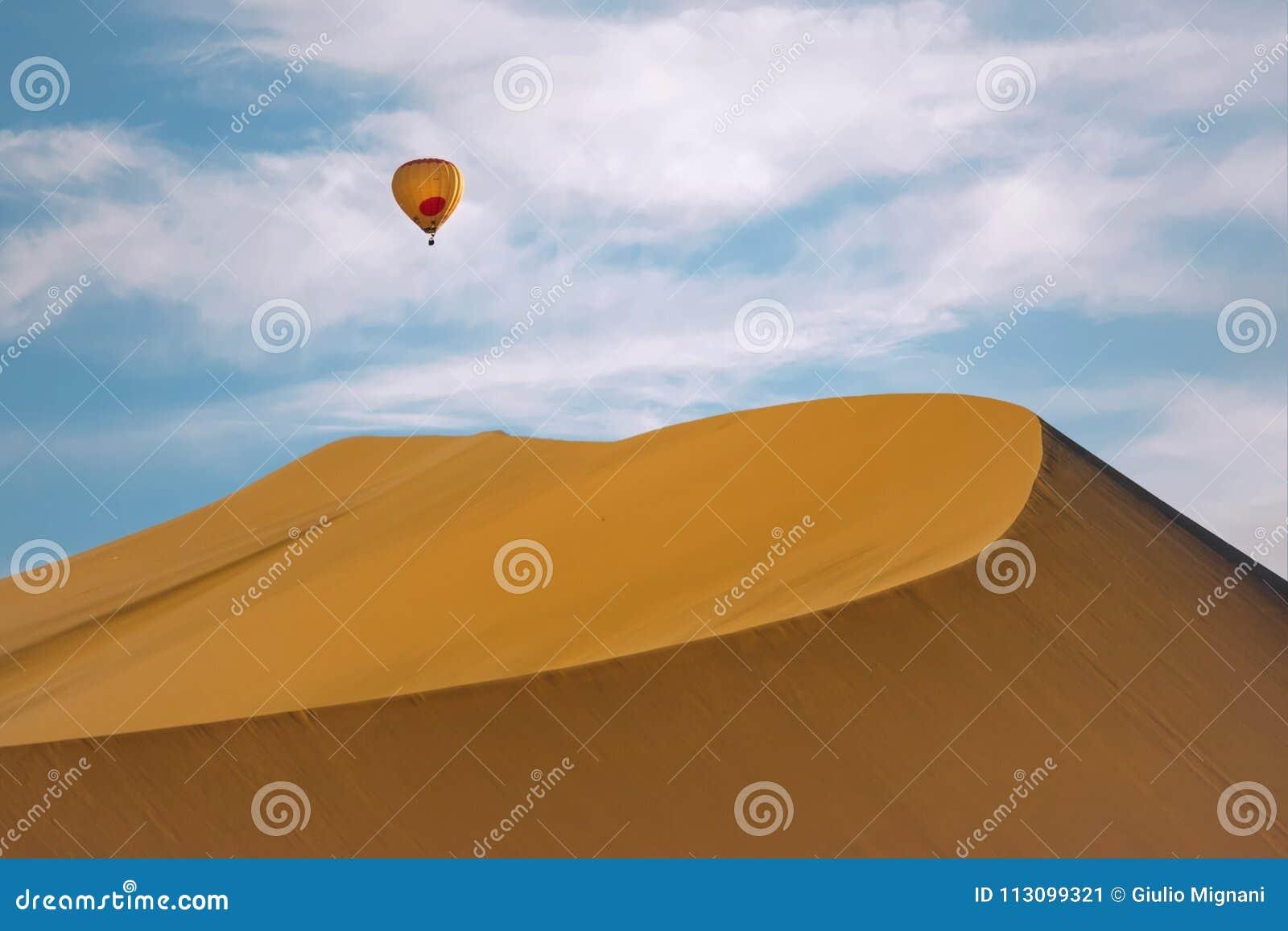 Zandduin met een hete luchtballon, Huacachina, Ica, Peru