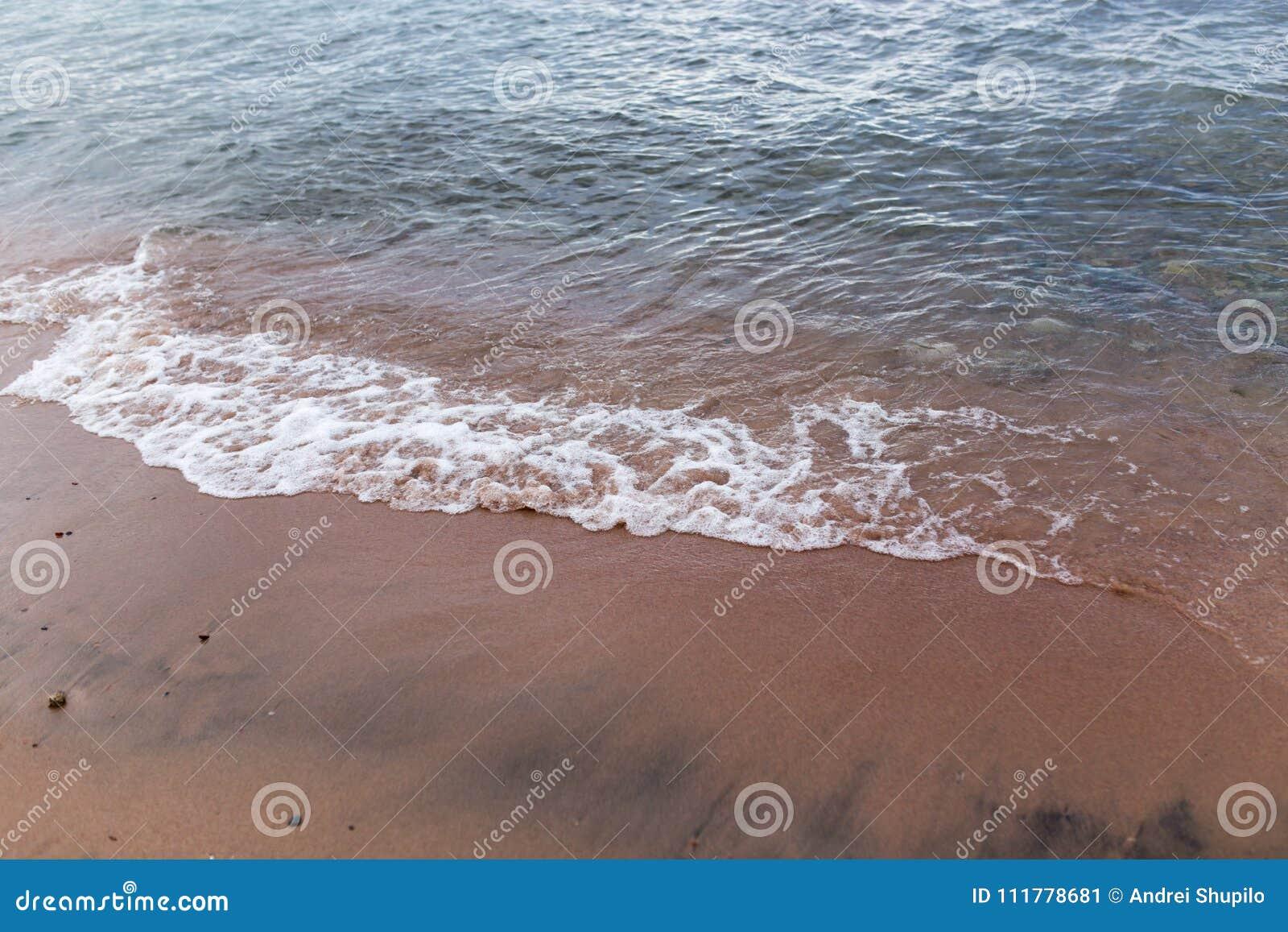Zandige kust van het overzees als achtergrond