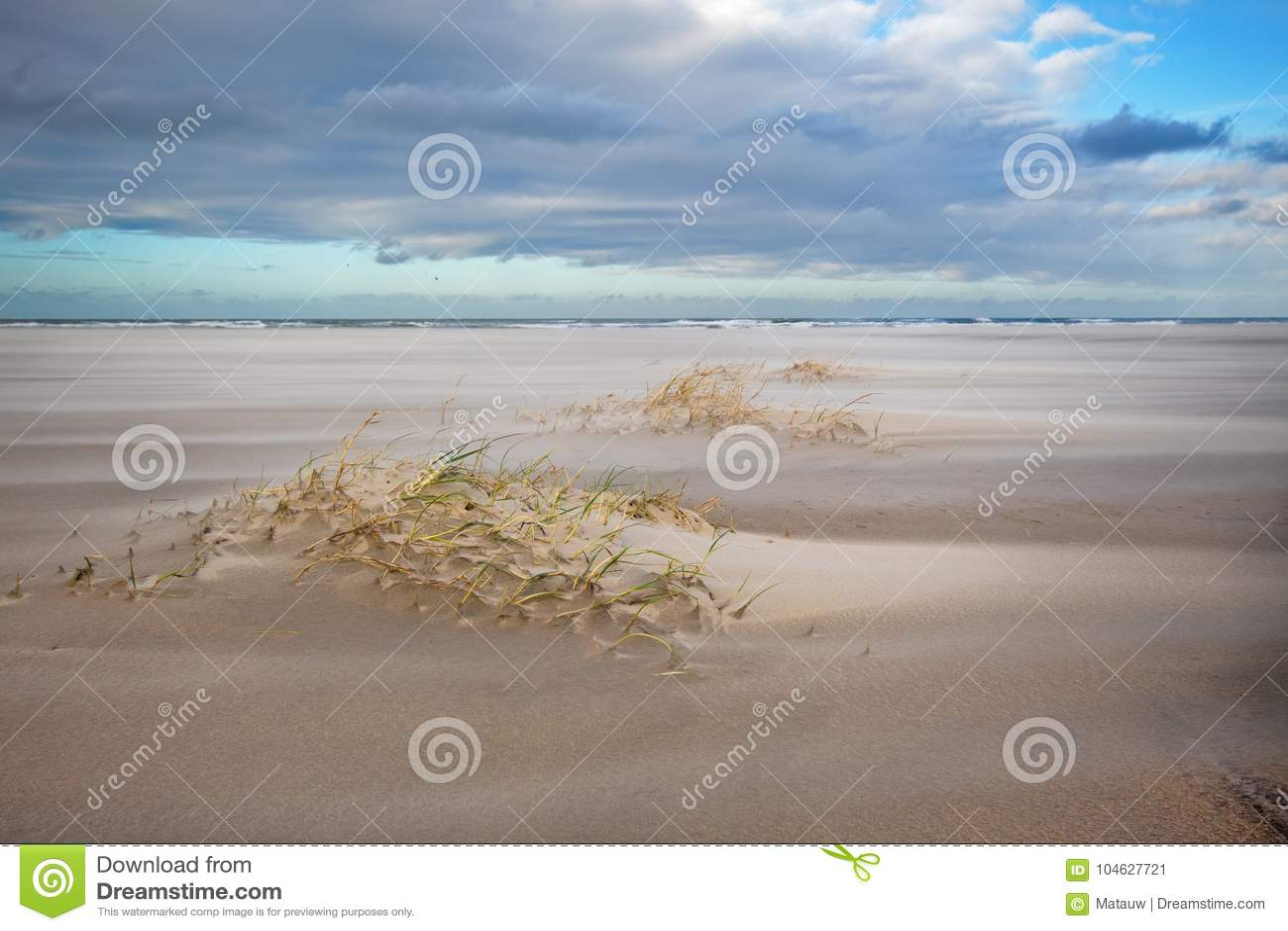 Download Zandlaag Op Stormachtig Strand Stock Afbeelding - Afbeelding bestaande uit duin, wind: 104627721