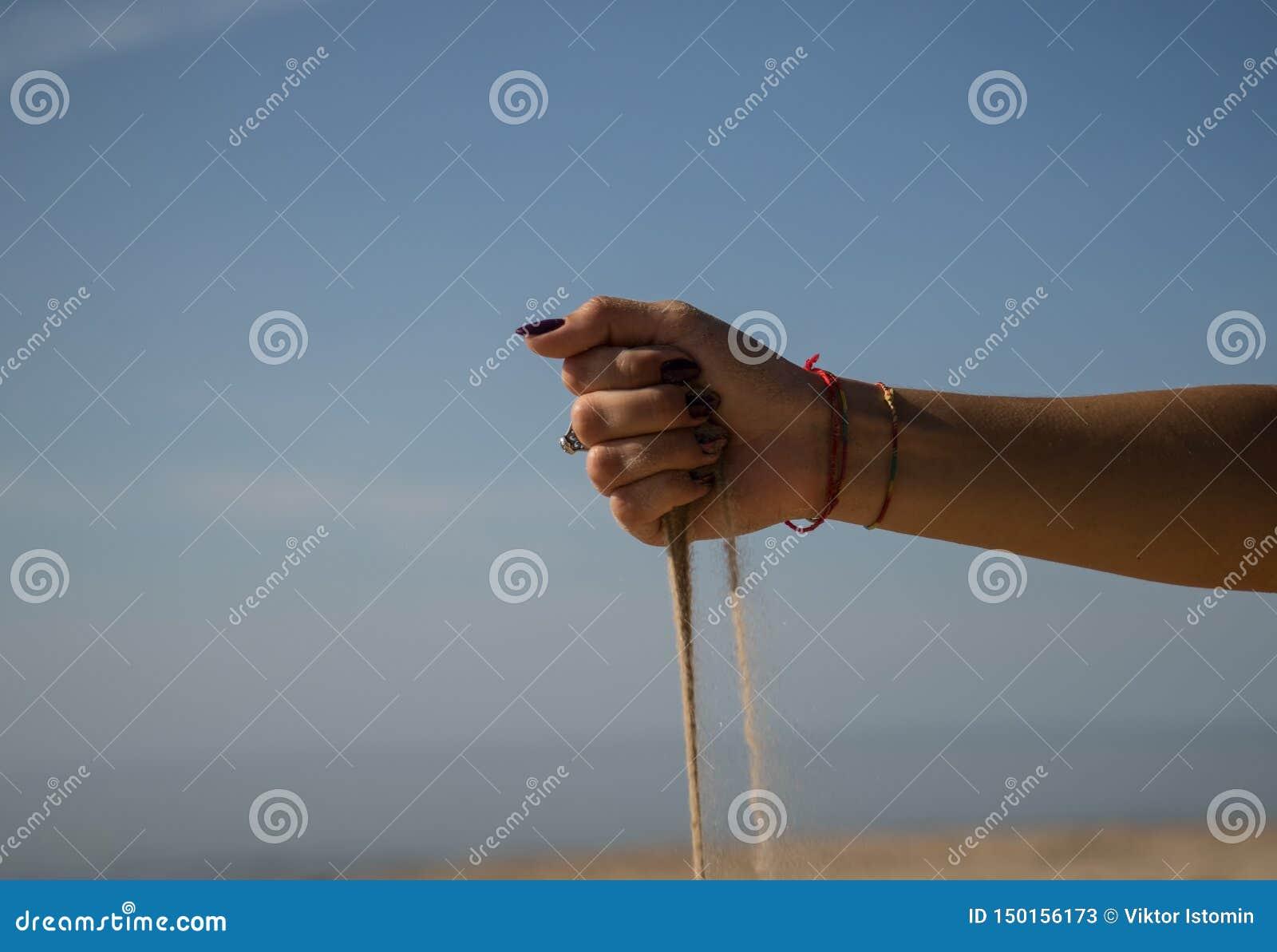 Zandlooppas vanaf de handen