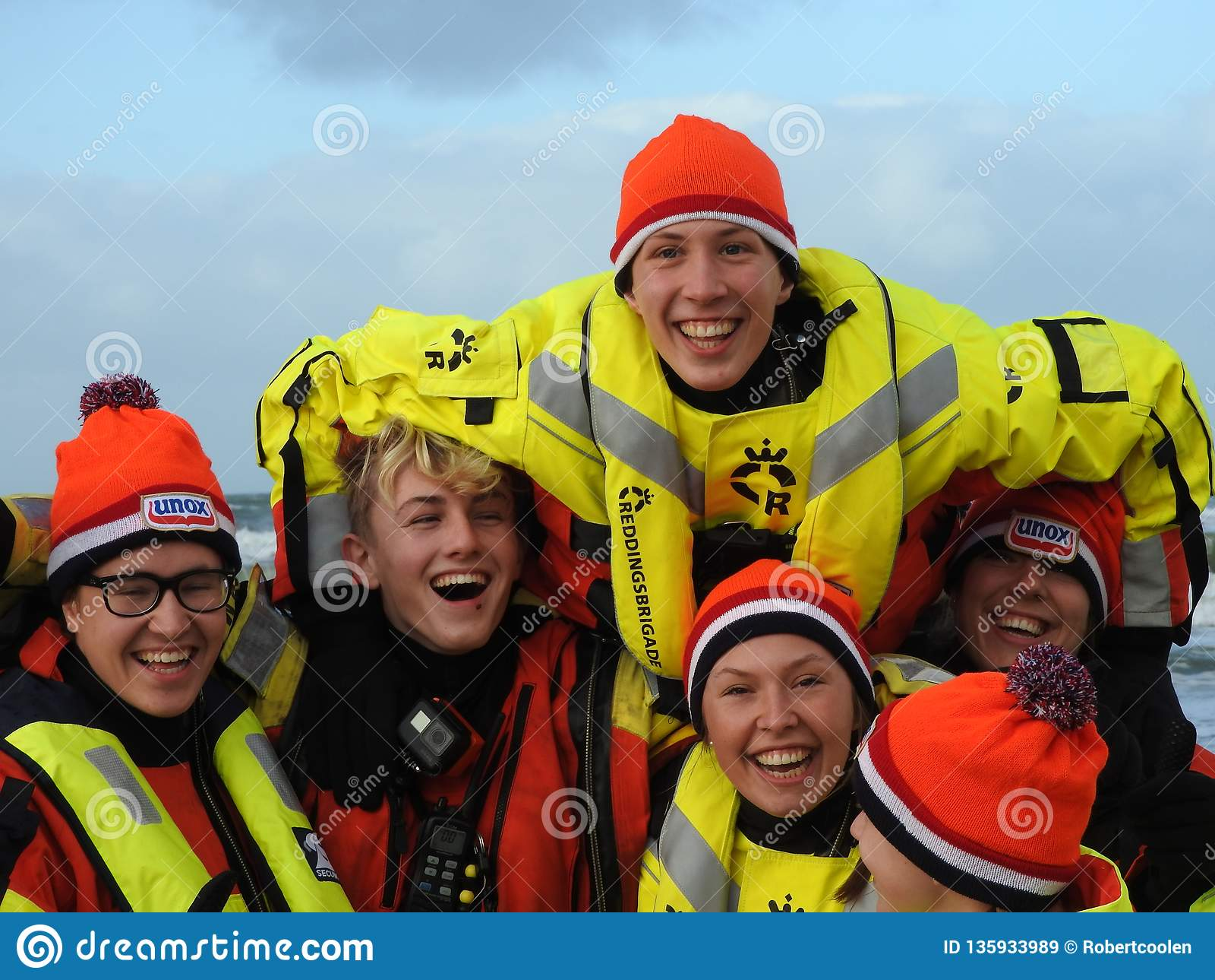 Zandvoort Nederländerna - 1 Januari 2019: traditionella nya år Dive Nieuwjaarsduik Lycklig vattenräddningsmanskap Reddingsbrigade