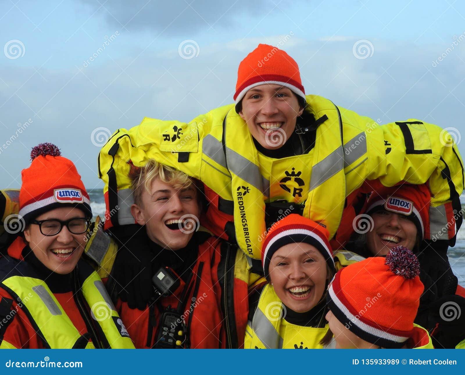 Zandvoort, Pays-Bas - 1 Januari 2019 : nouvelles années traditionnelles de Dive Nieuwjaarsduik Équipe de secours heureuse Redding