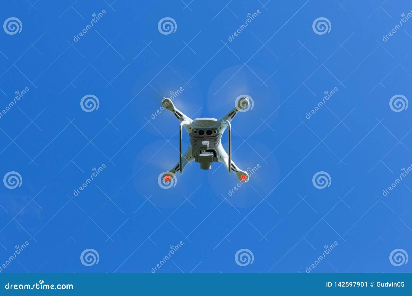 Zangão de voo com o fundo do céu azul controlado pelo profissional